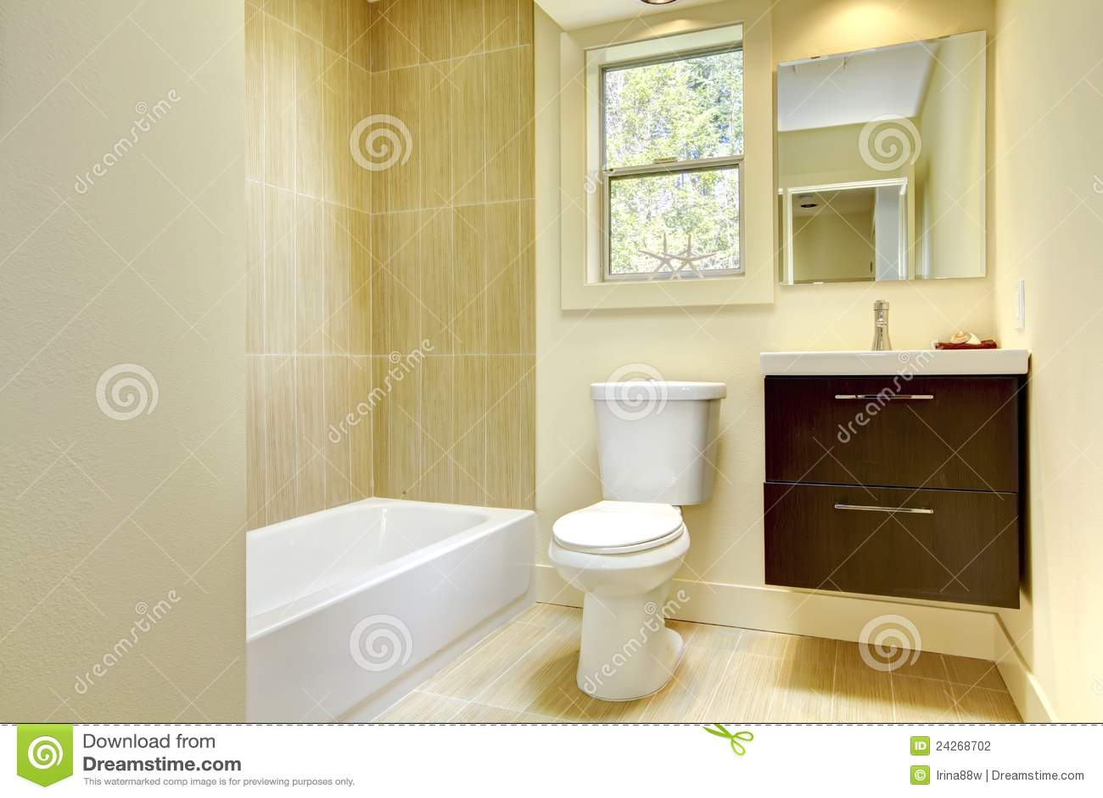 Nuevo cuarto de baño amarillo moderno con los azulejos amarillentos.