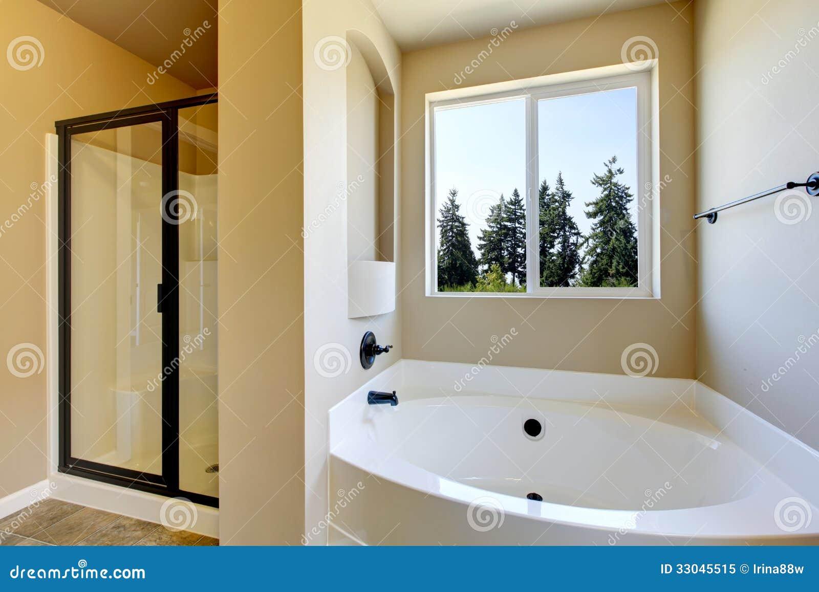 Nuevo cuarto de baño casero con la ducha y el baño.