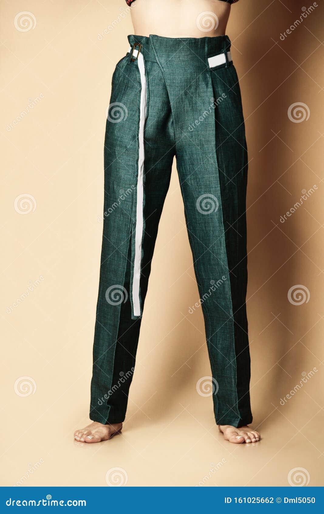 Nuevo Diseno Mujer Pantalones Verdes Ropa De Mujer Casual Con Cinturon En Beige Foto De Archivo Imagen De Nuevo Casual 161025662
