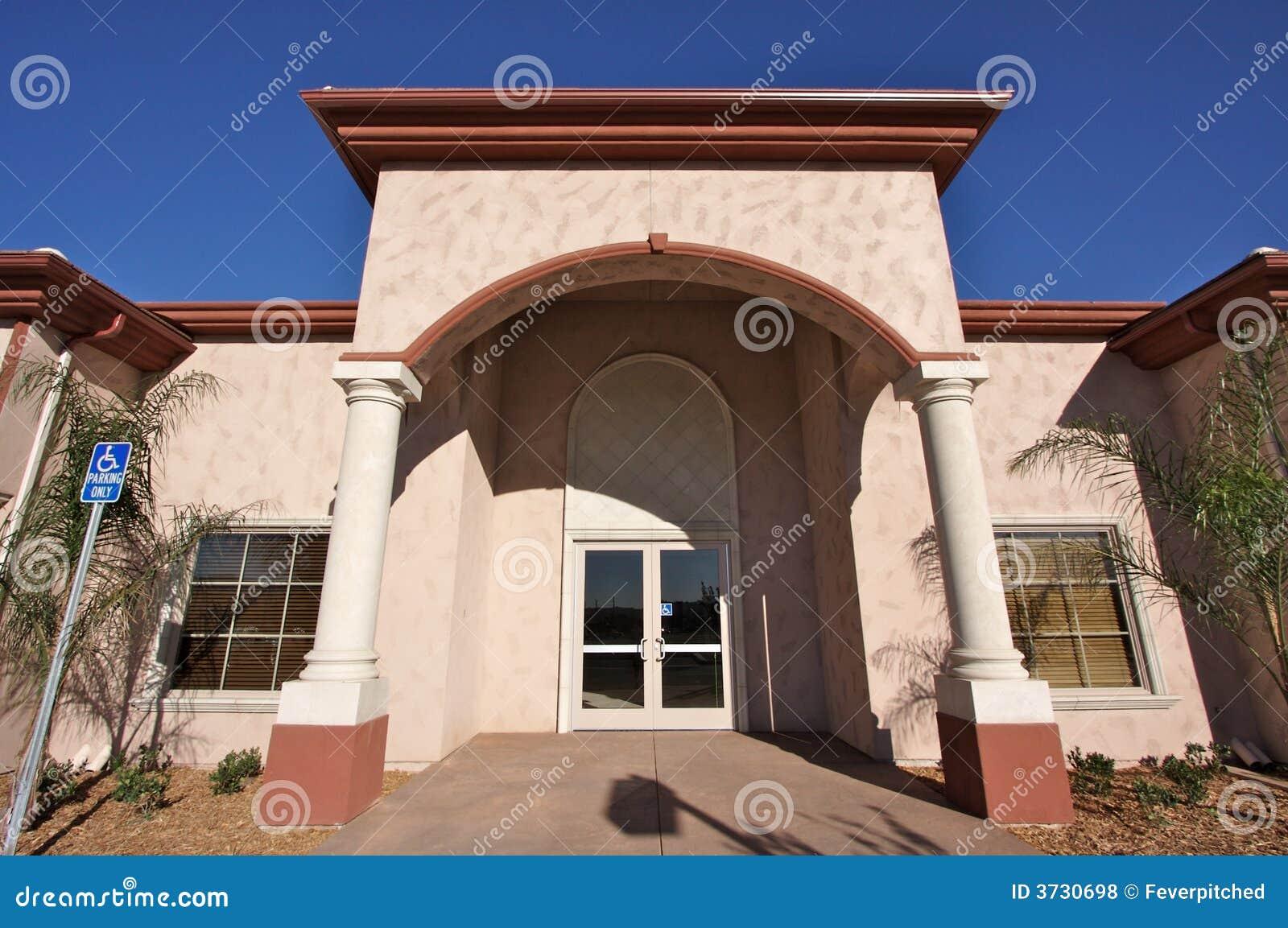 Nuevo edificio al por menor vacante