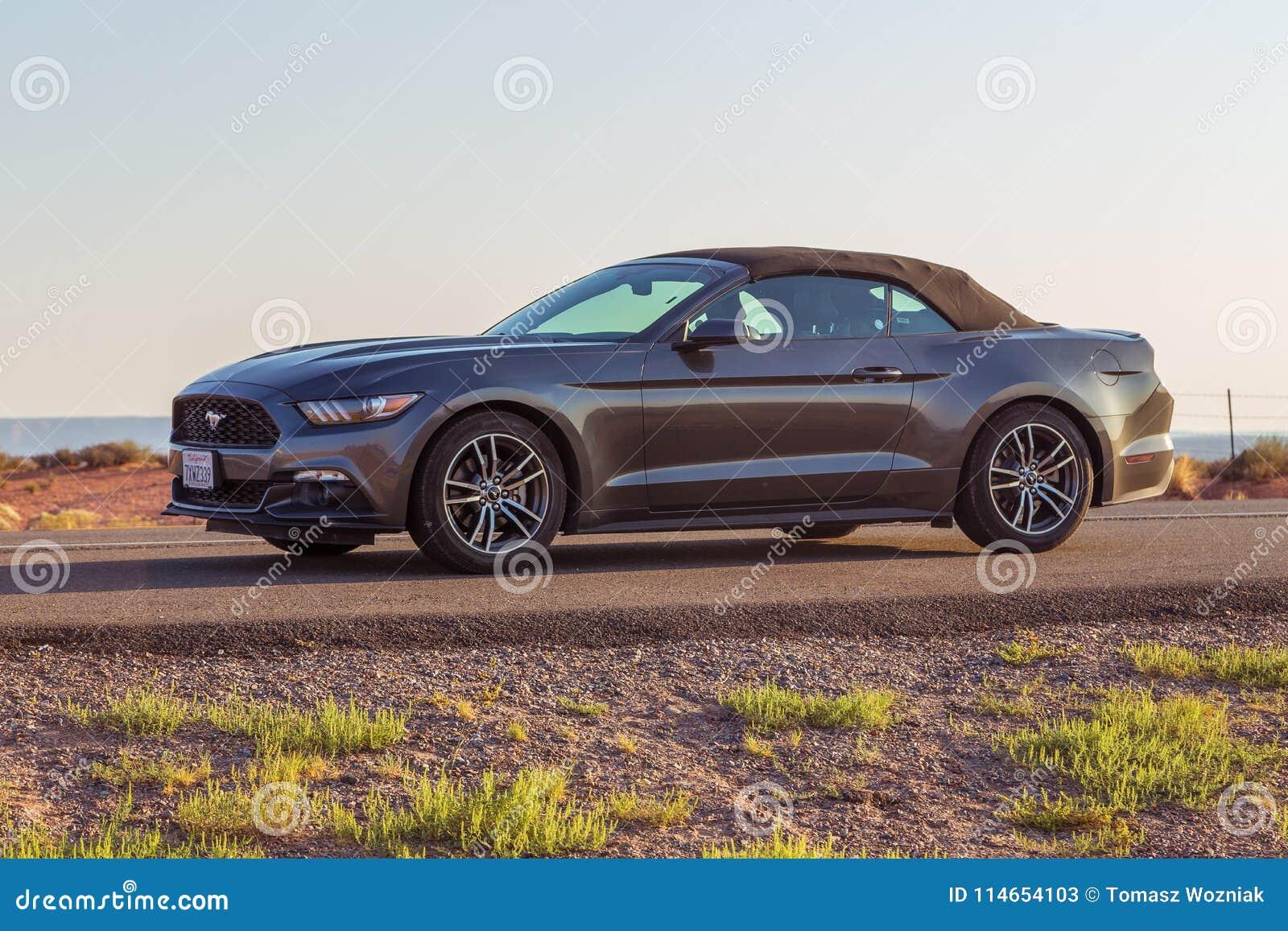 Nuevo Ford Mustang Cabriolet de plata en Arizona