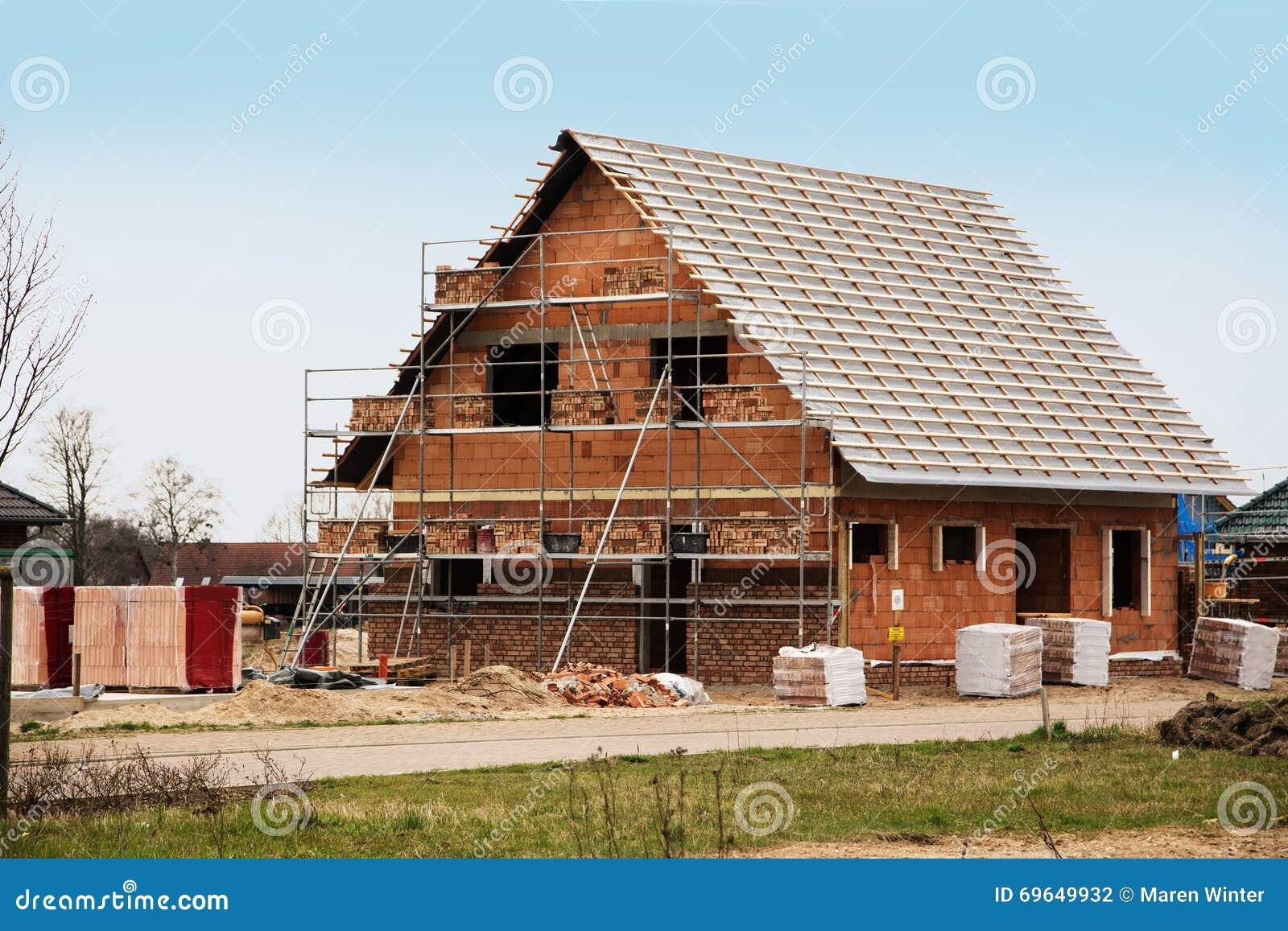 Nuevo hogar bajo construcción, construyendo una casa europea del estilo, st
