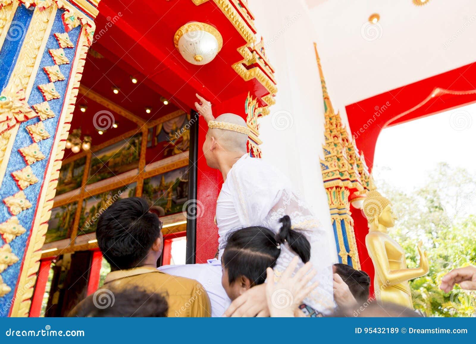 Nuevo monje ordenado que ruega con una procesión tailandesa del monje budista cuando varón durante 20 años