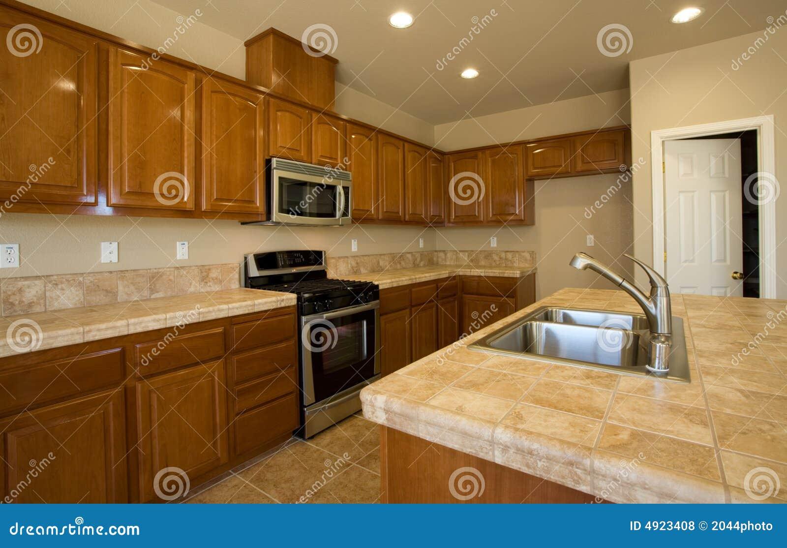 Nuevo o remodele la cocina residencial foto de archivo - Precios de azulejos para cocina ...