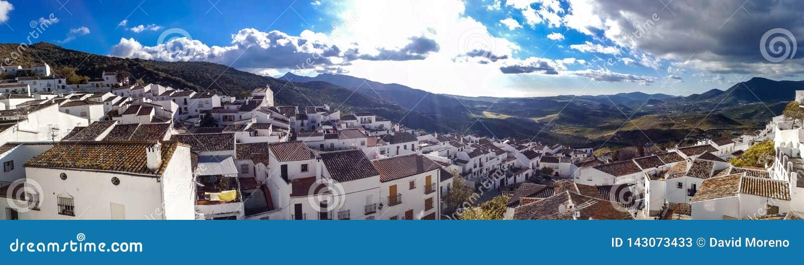 Nuevo puente en Ronda, uno de los pueblos blancos famosos en Andalucía
