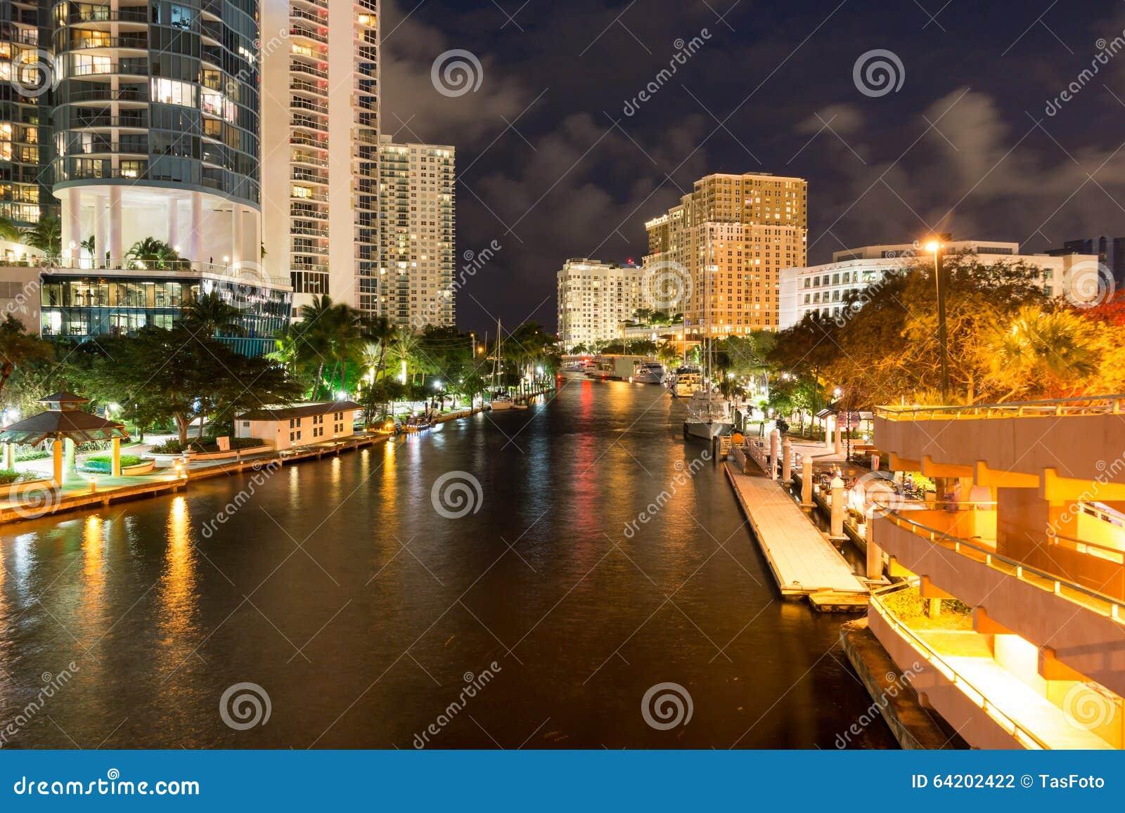 Nuevo río en el pie céntrico Lauderdale en la noche, la Florida, los E.E.U.U.
