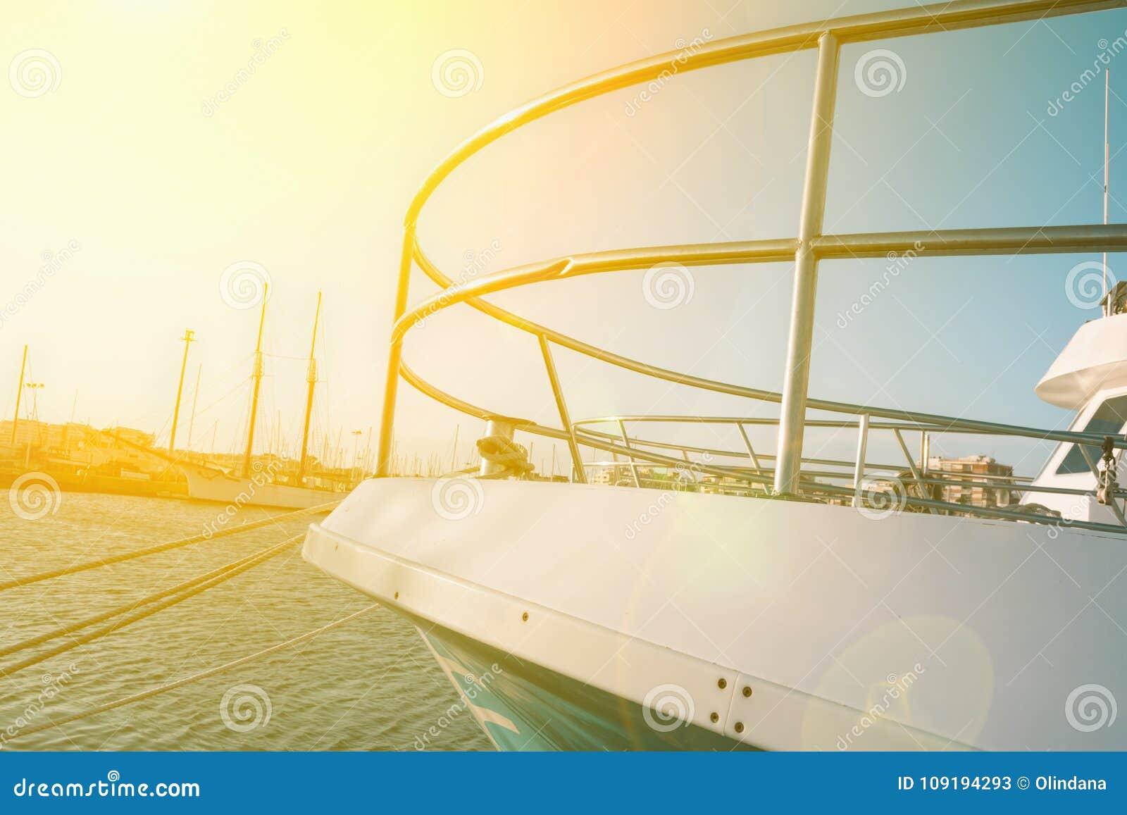 Nuevo yate hermoso grande amarrado en muelle en el mar Mediterráneo Vista lateral de Latral de la nariz del arco del barco Llamar