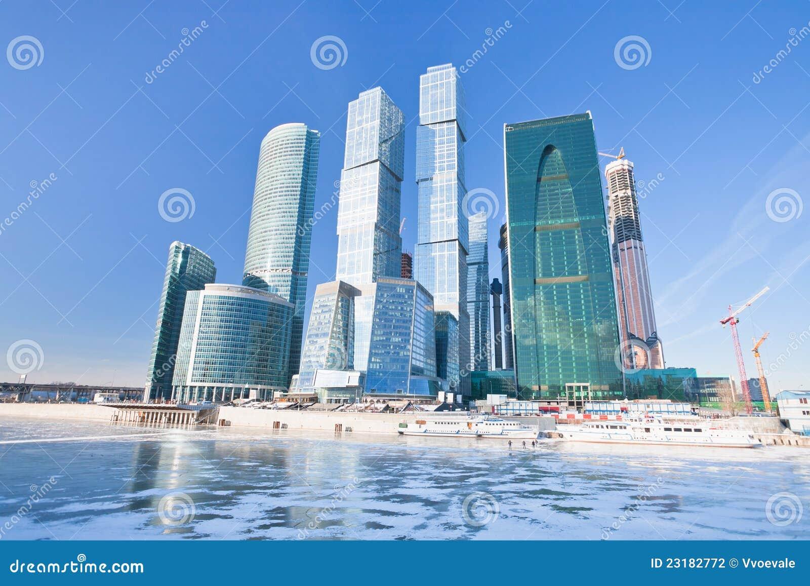 Nuevos edificios de la ciudad de Moscú en invierno