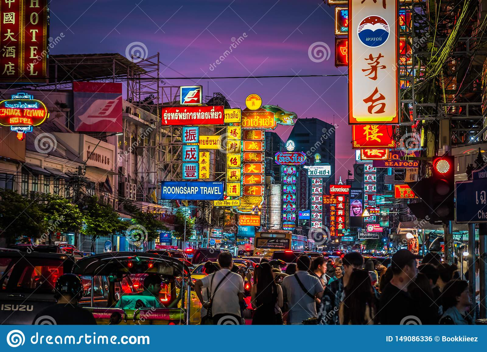 Nuit à la route de Yaowarat La route de Yaowarat est une rue principale dans Chinatown de Bangkok