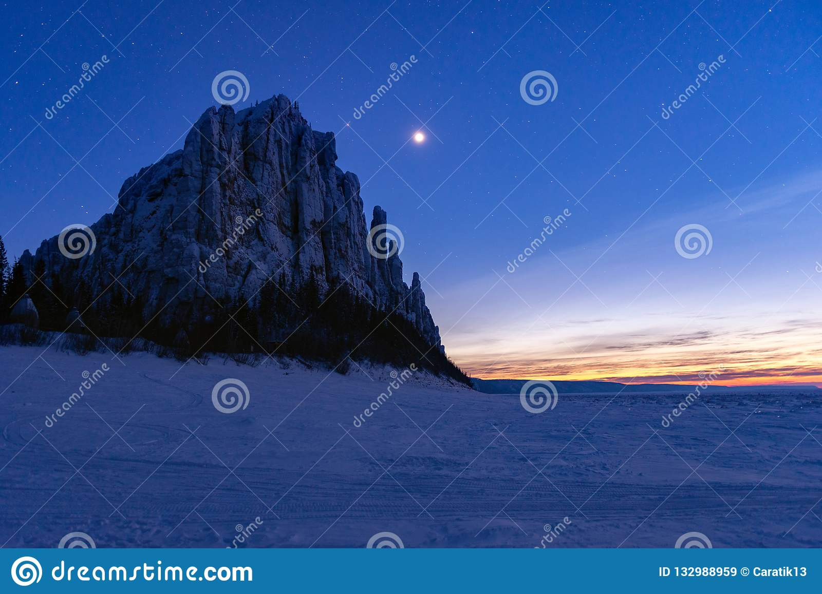 Nuit d étoile sur le fleuve Lena en parc naturel Lenskie Stolby Lena Pillars