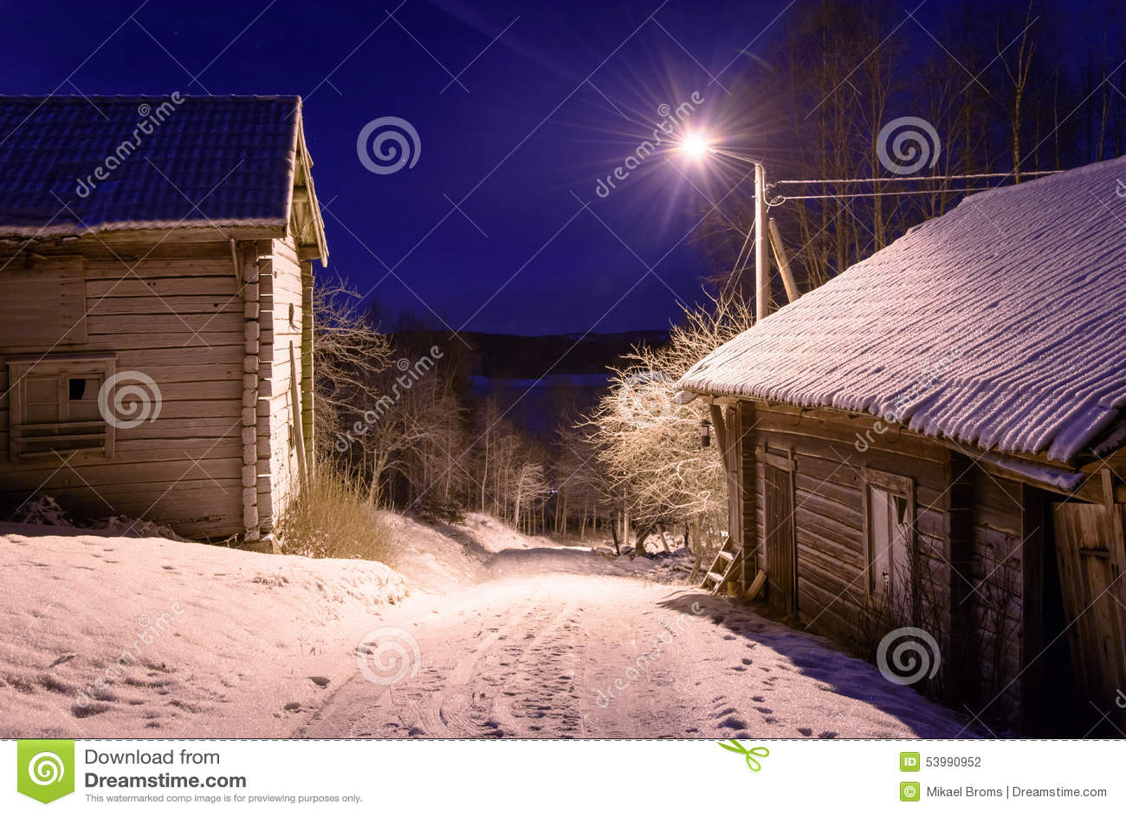Nuit d 39 hiver avec de vieilles maisons de ferme photo stock image 53990952 - Temperature maison hiver ...