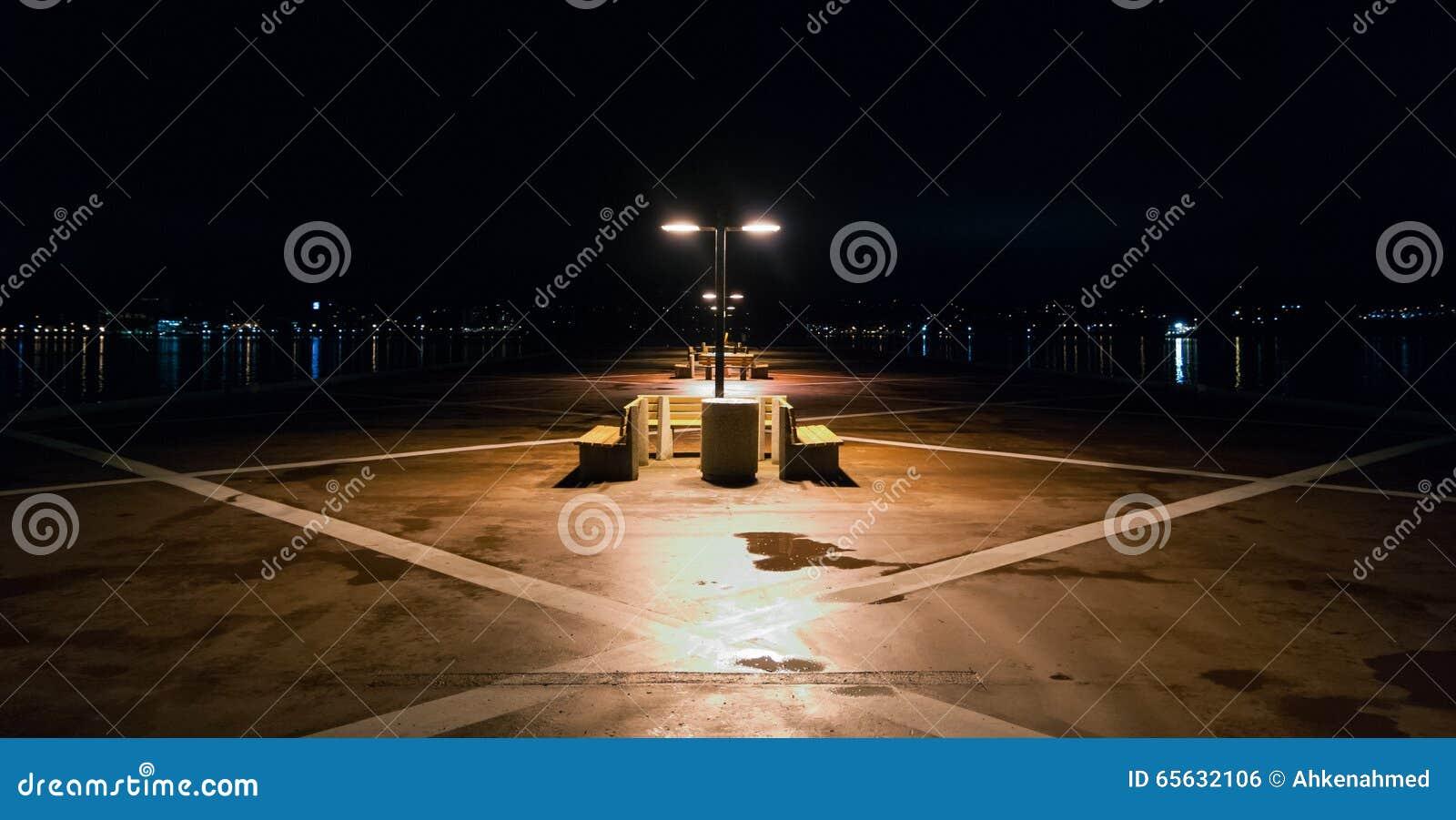 Nuit sur un pilier isolé à Halifax, Nova Scotia Lumières de ville de Halifax à travers le port