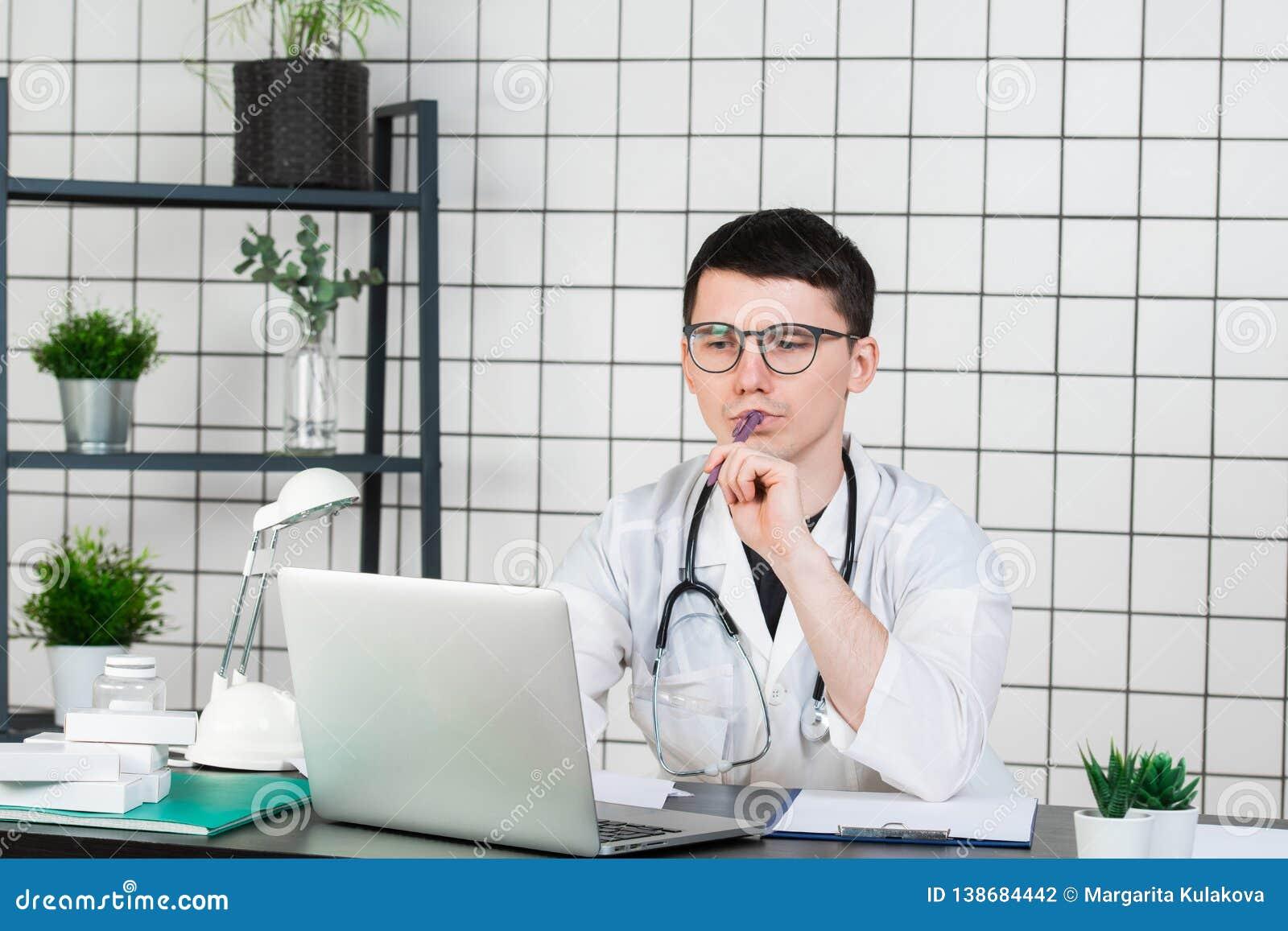 Nuit travaillante de jeune docteur beau à l hôpital