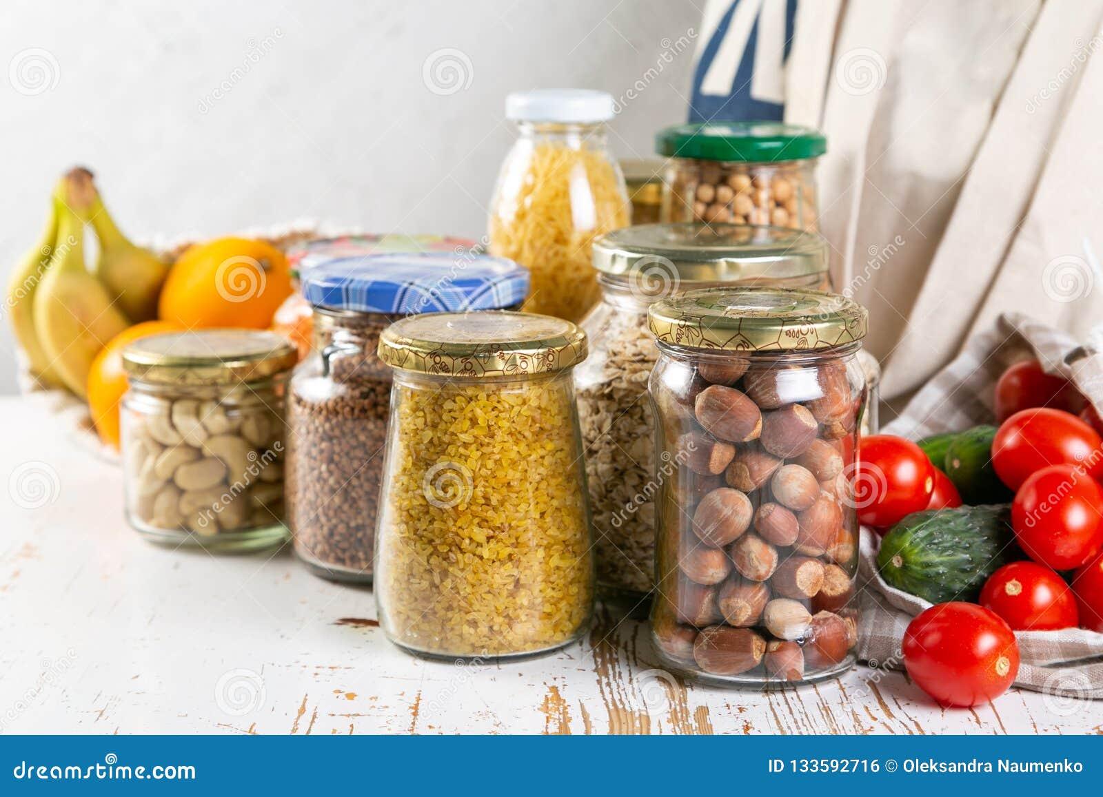 Nul afvalconcept, sustanable levensstijl - glas en document opnieuw te gebruiken verpakking voor kruidenierswinkel het winkelen