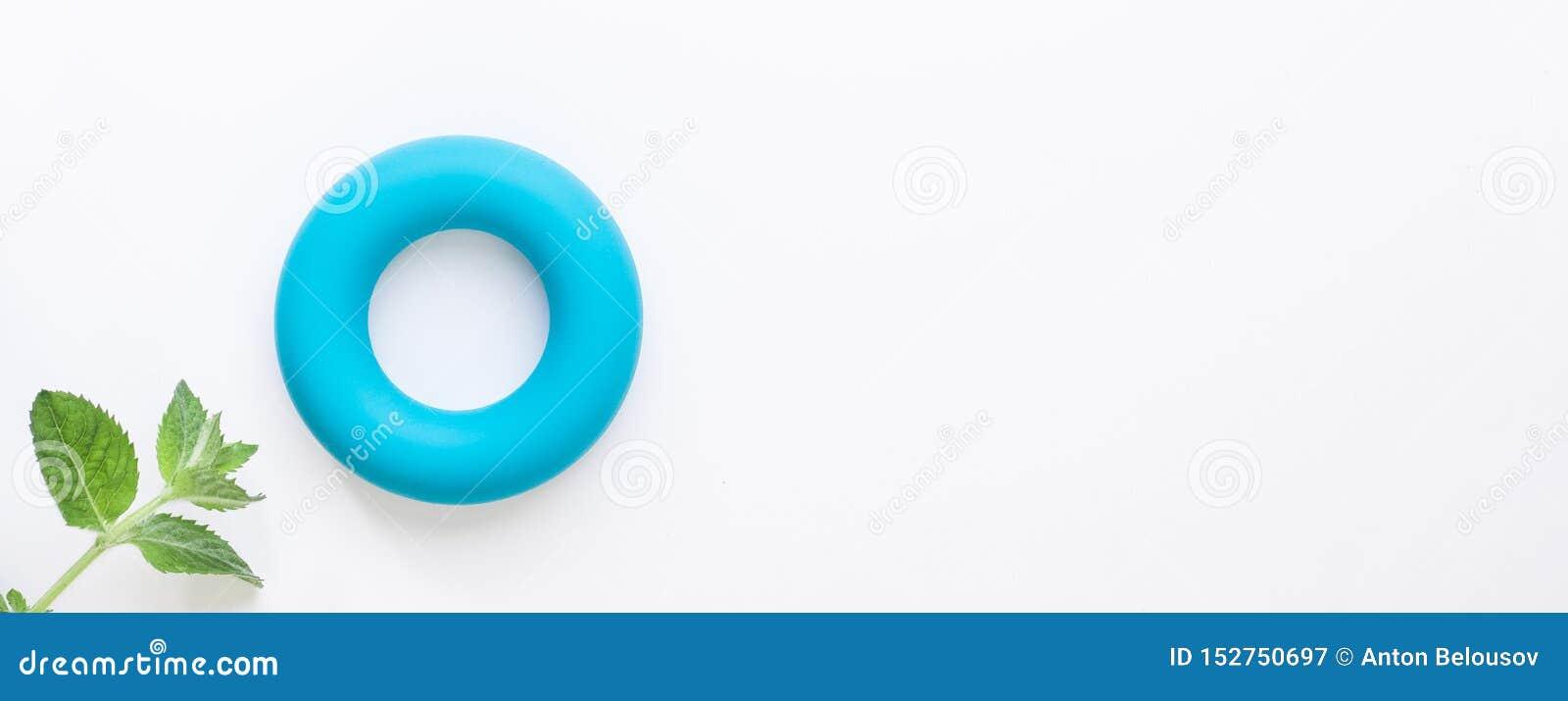Nul calorieën en nul achtergrond van het afval minimalistic concept Blauwe torus en verse groene muntbladeren op witte achtergron