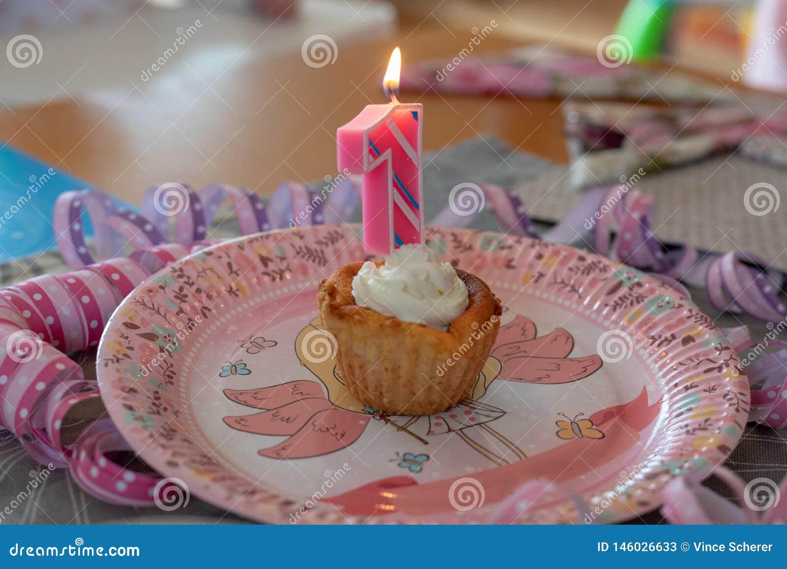 Numéro 1 Bougie D Anniversaire Dans Un Petit Gâteau Image
