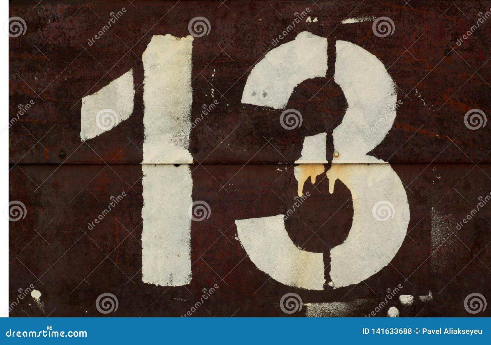 Numéro 13 dans le pochoir sur le mur en métal