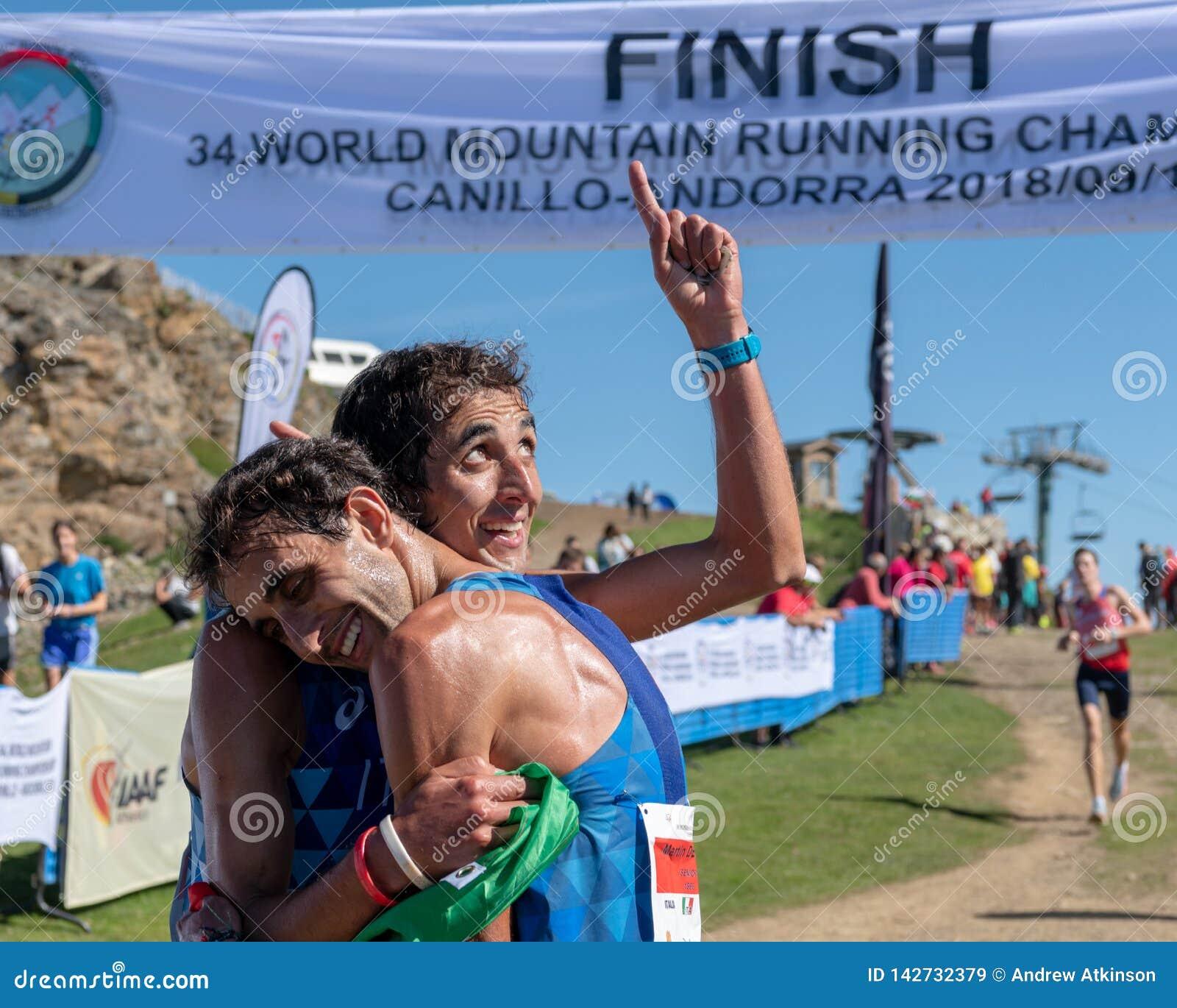 Numéro un ! Finition fonctionnante de course de championnats de montagne du monde - les Italiens célèbrent leur accomplissement