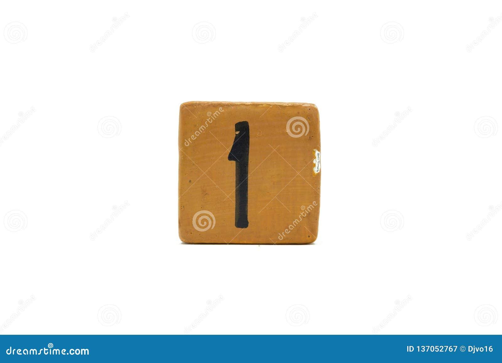 Numéro un sur le cube de matériel en bois d isolement sur le fond blanc