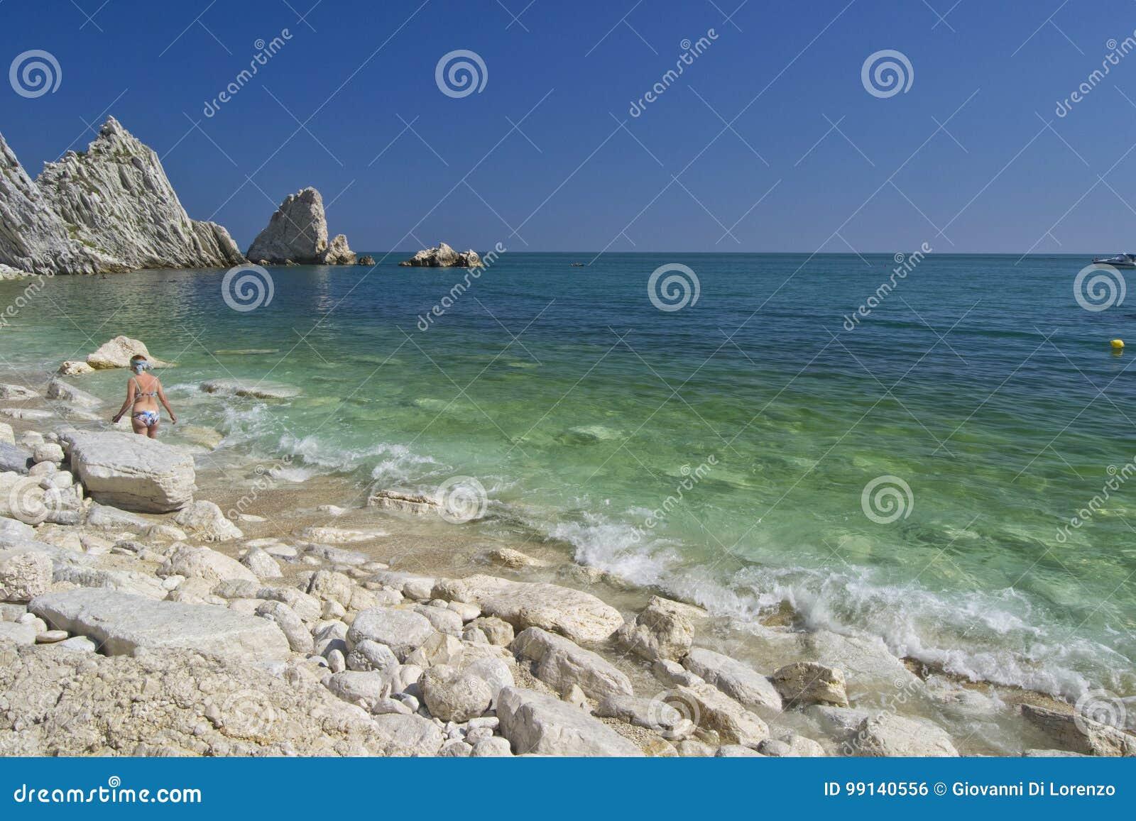 Numana - οφειλόμενος κόλπος Sorelle - άσπρη ακτή με το μπλε ουρανό και τη θάλασσα Για την έννοια θερινών διακοπών