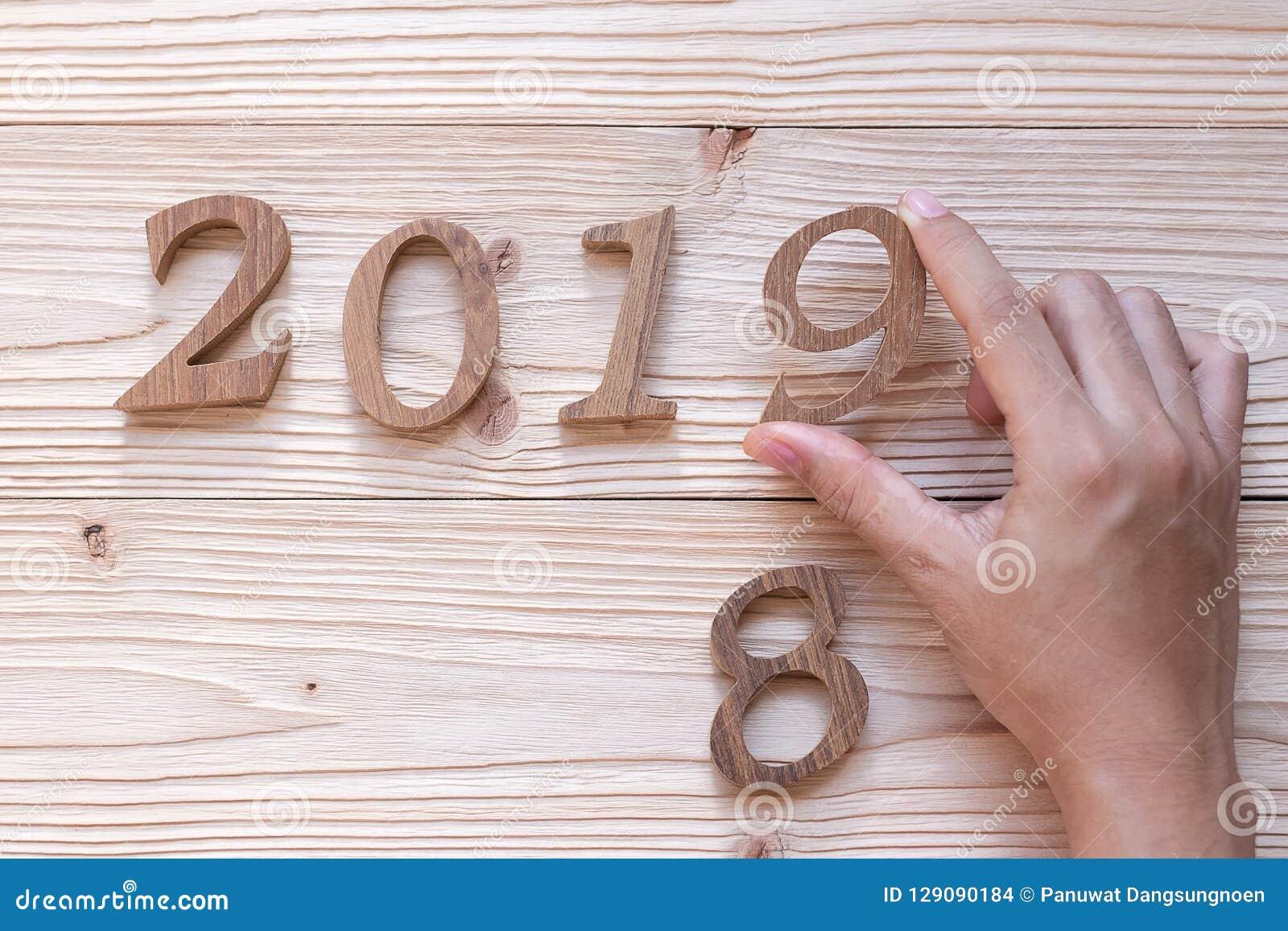 Nummer 2019 på träbakgrund, affärsmål, beskickning, upplösning, nytt nytt år dig
