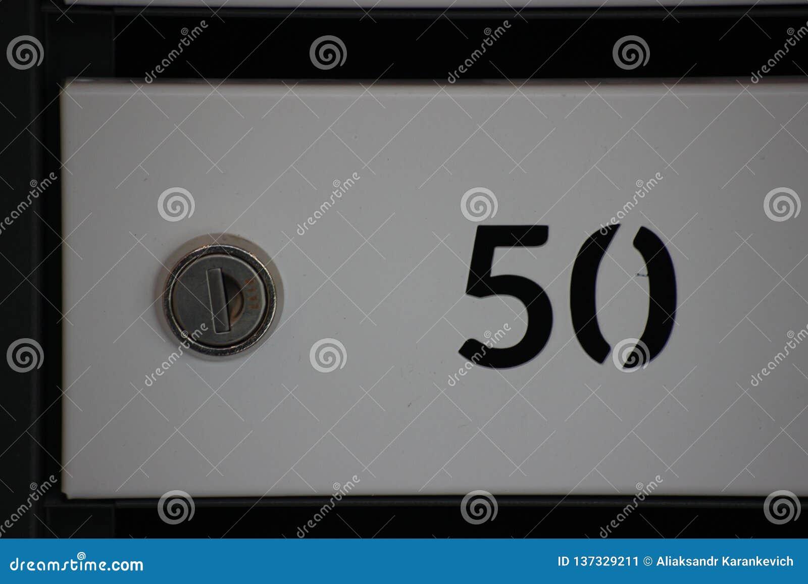Nummerask för post, separat samling av jordlotter och bokstäver och tidningar i envåning byggnad ask med låset och