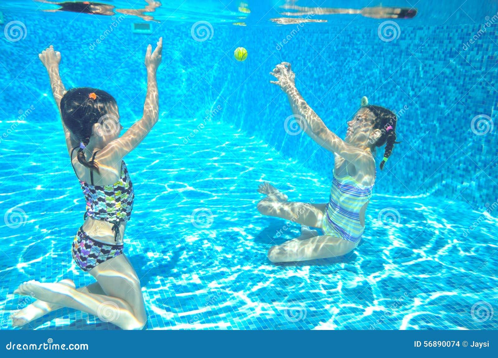 Nuotata dei bambini in stagno subacqueo