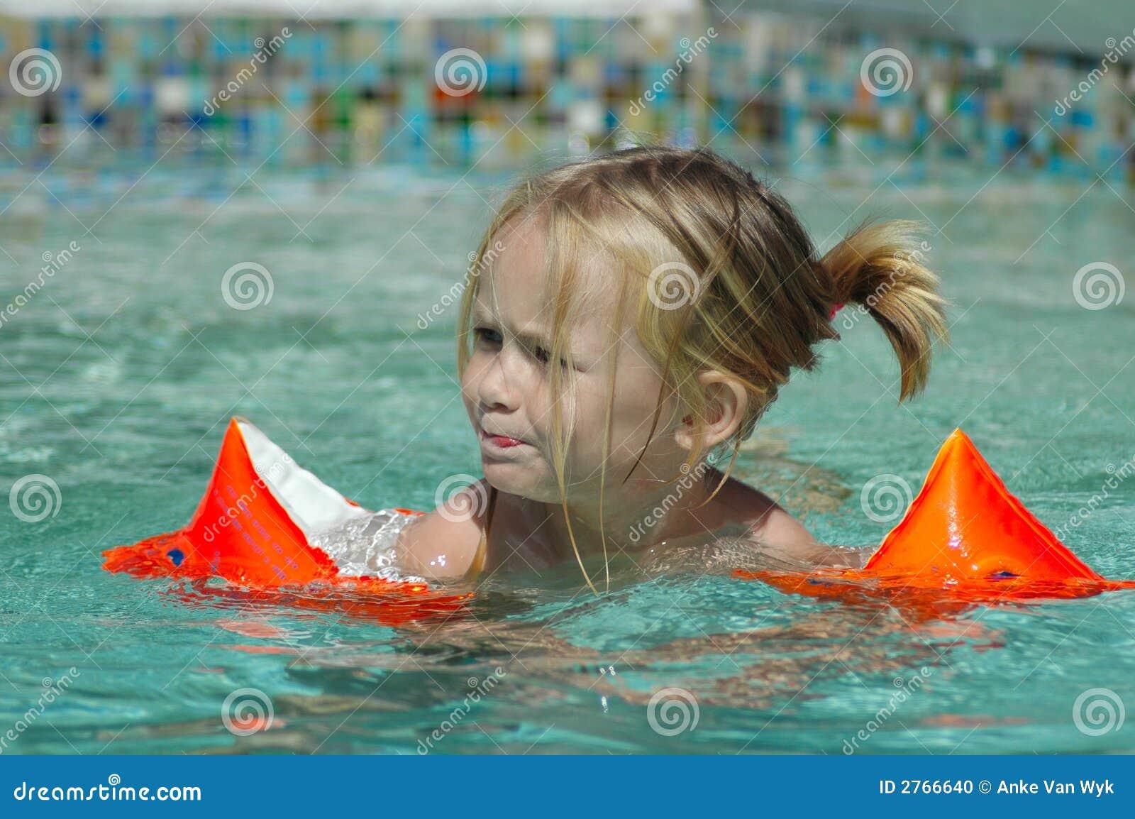 Nuoto del bambino nel raggruppamento