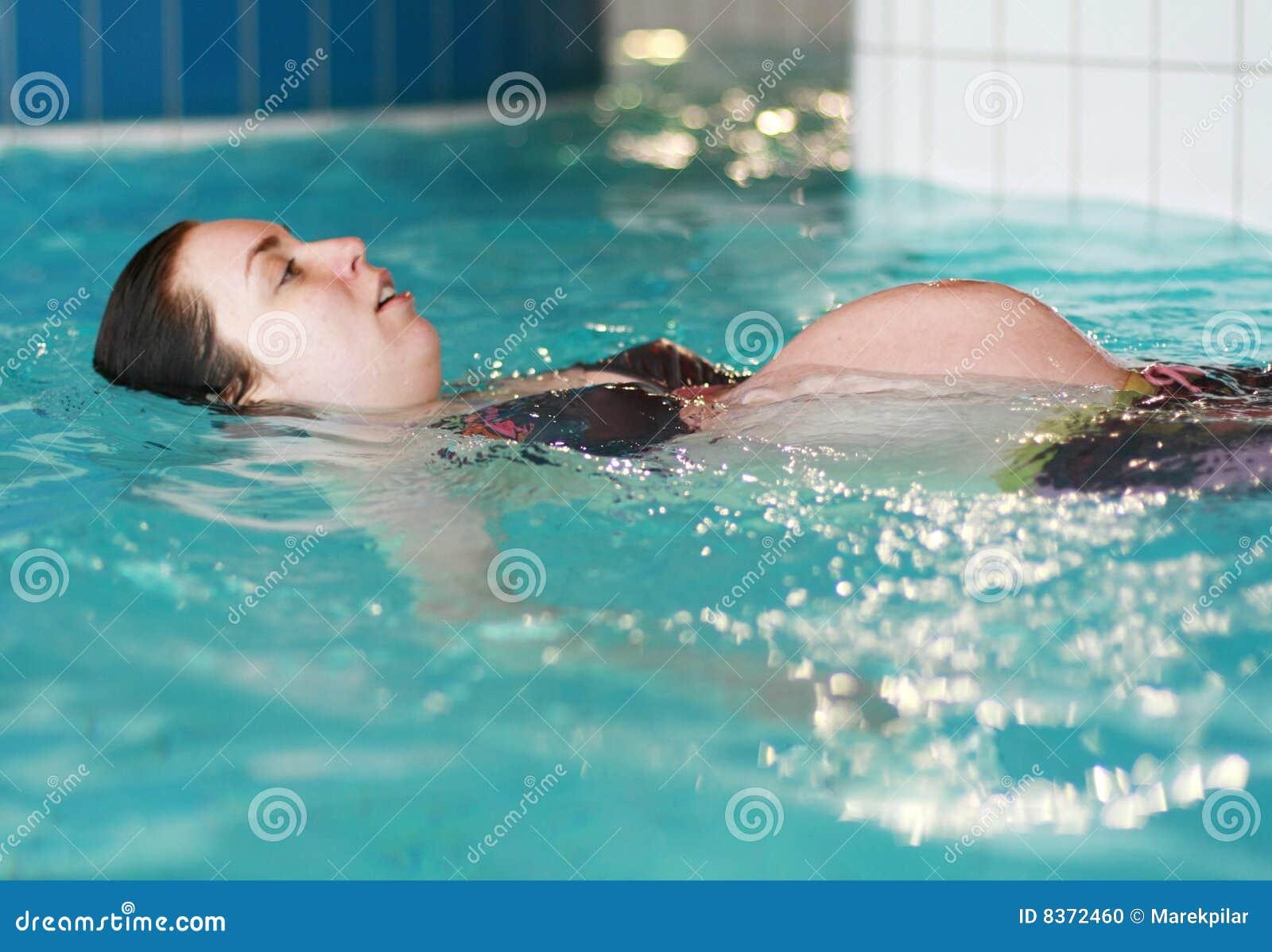 Nuoto della donna incinta