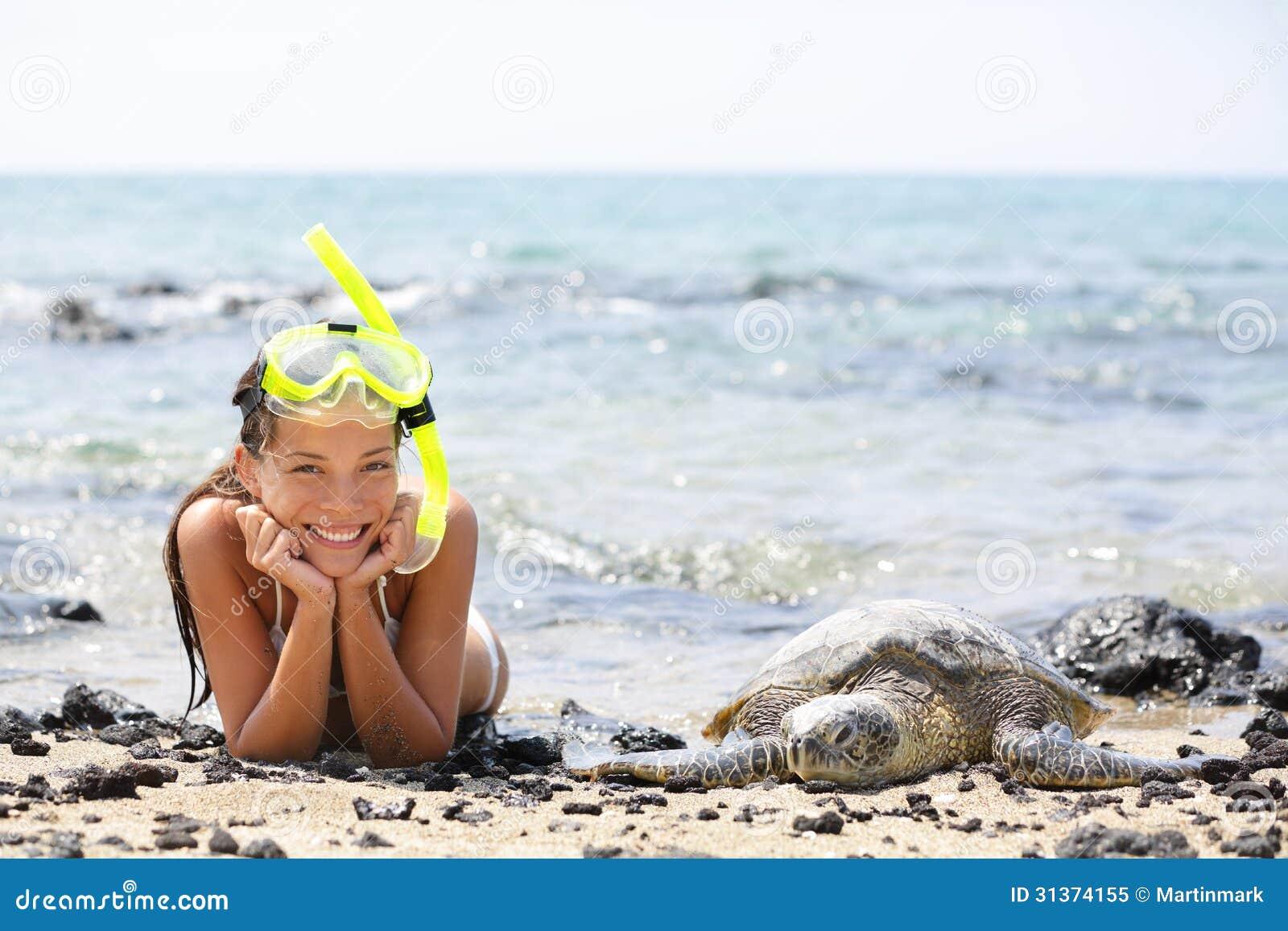 Nuoto della ragazza delle Hawai che si immerge con le tartarughe marine