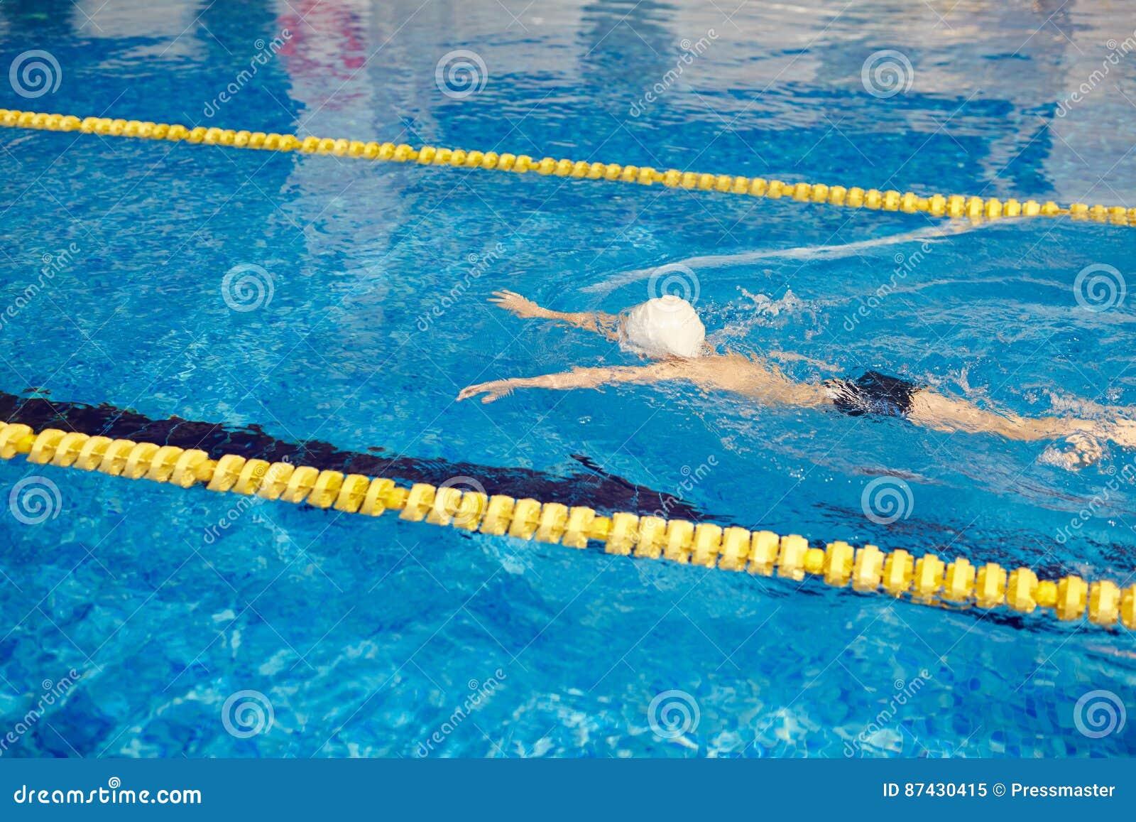 Nuoto di Little Boy nel vicolo di Waterpool