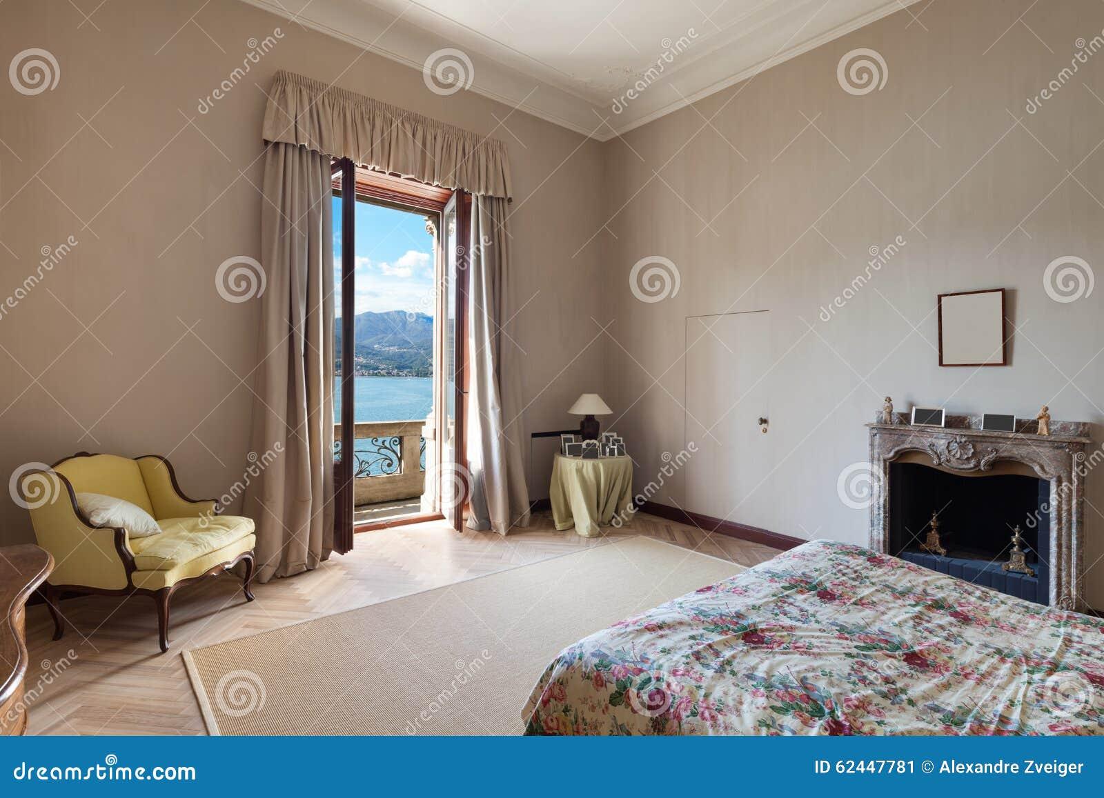 Nuova Camera Da Letto Nello Stile Classico Immagine Stock - Immagine ...