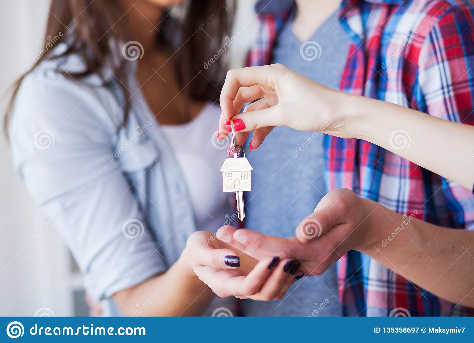 Nuova casa Le giovani coppie divertenti godono di e celebrando muoversi verso la nuova casa Coppie felici a stanza vuota di nuova