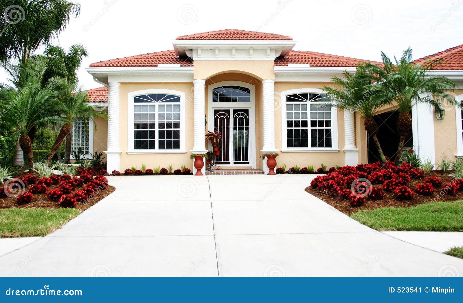 Nuova casa ordinata immagine stock immagine di porta for Maison moderne haiti