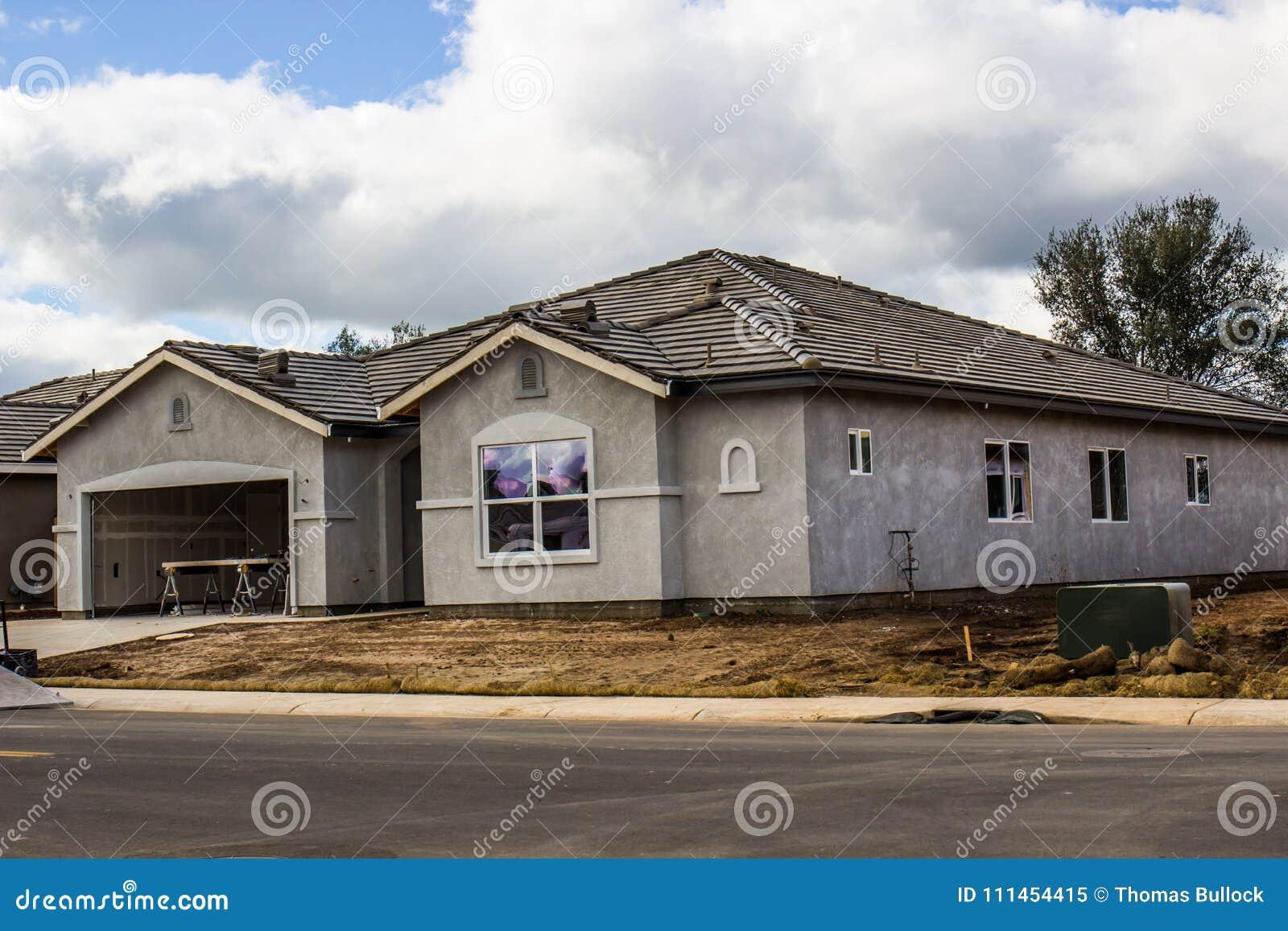 Nuova costruzione domestica con lo stucco completato
