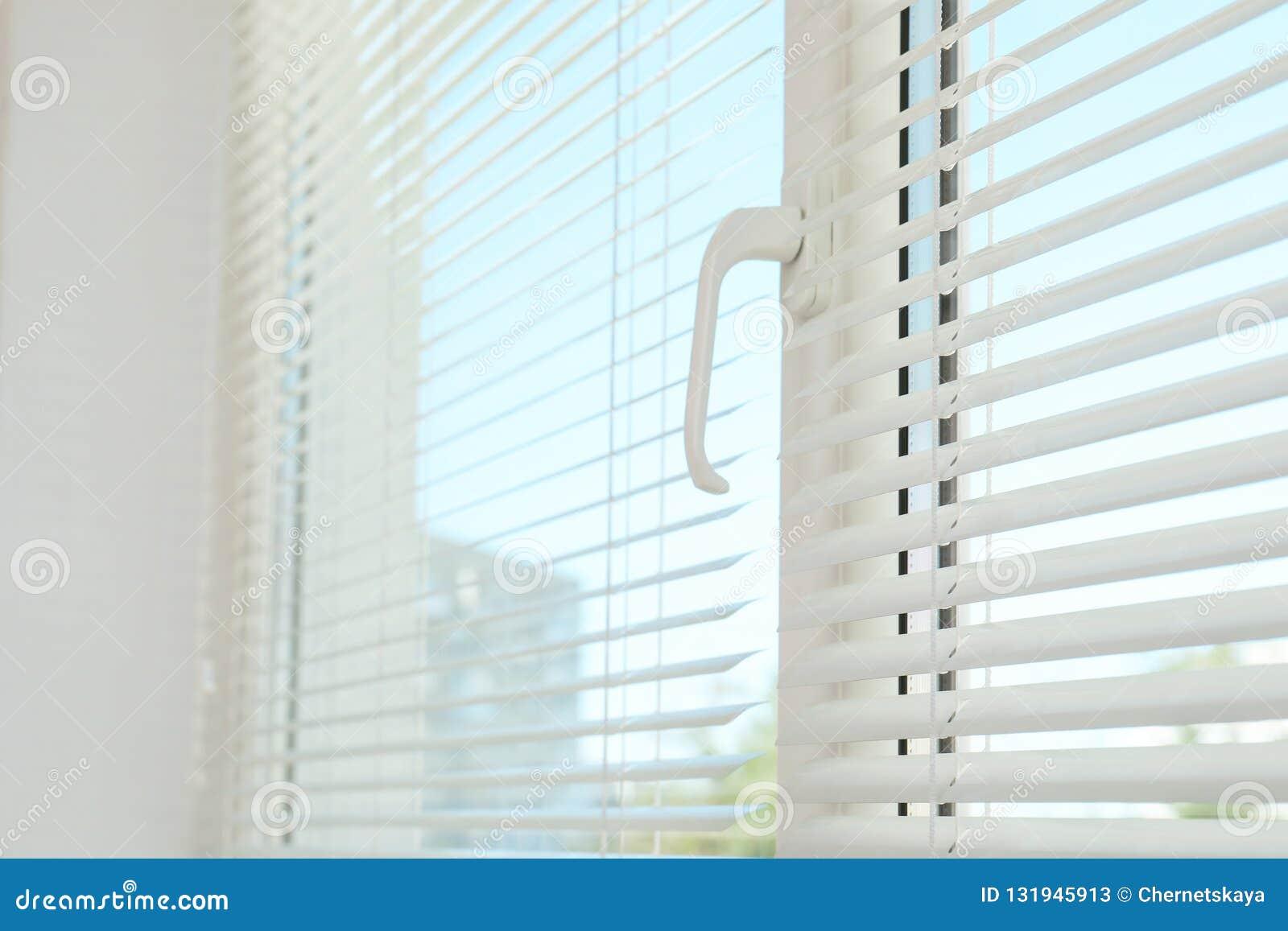 Nuova finestra moderna con i ciechi all interno