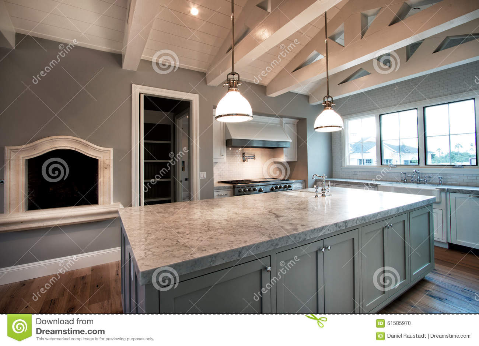 Nuova grande cucina domestica moderna