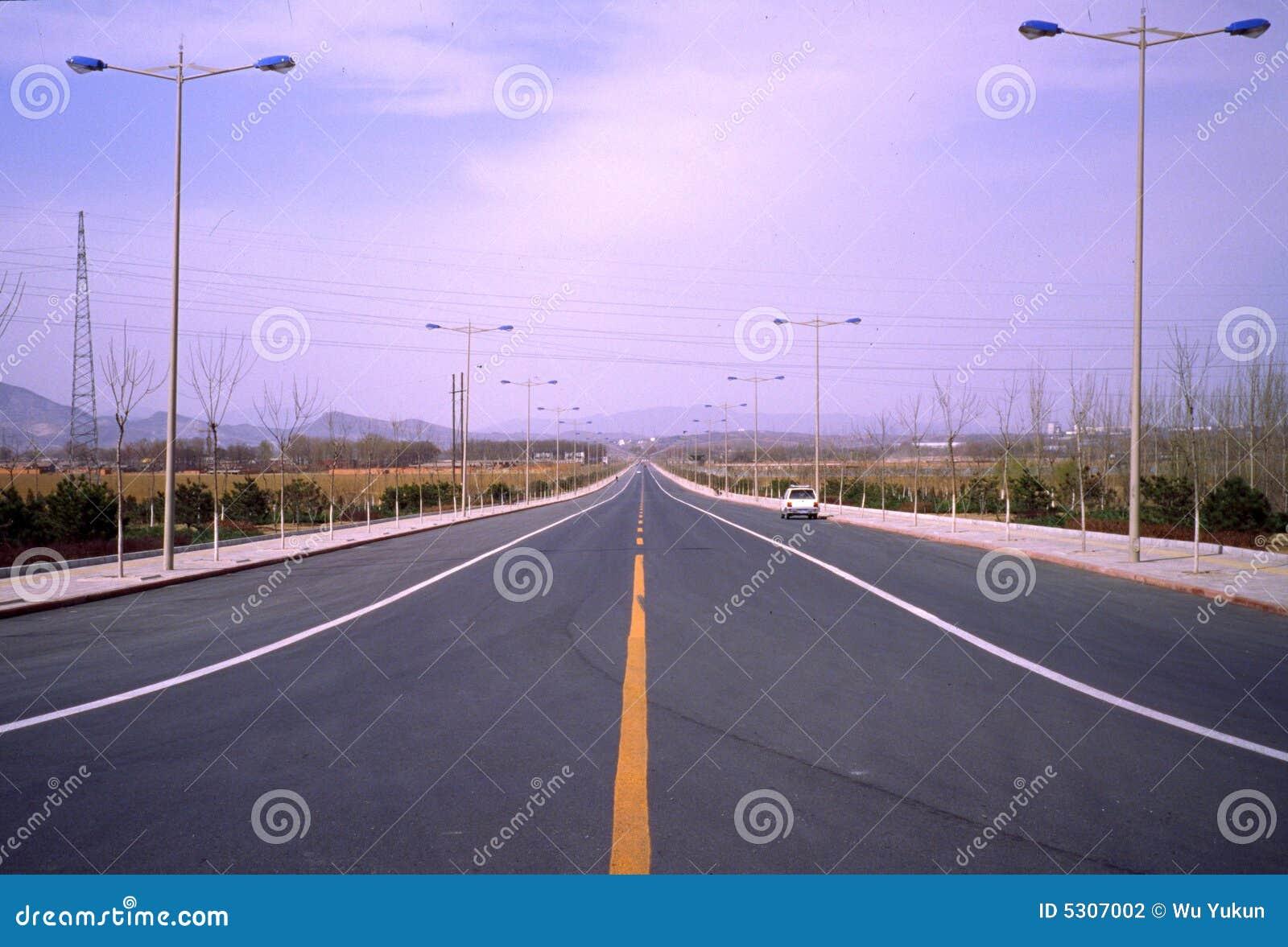 Download Nuova strada. fotografia stock. Immagine di paese, cielo - 5307002