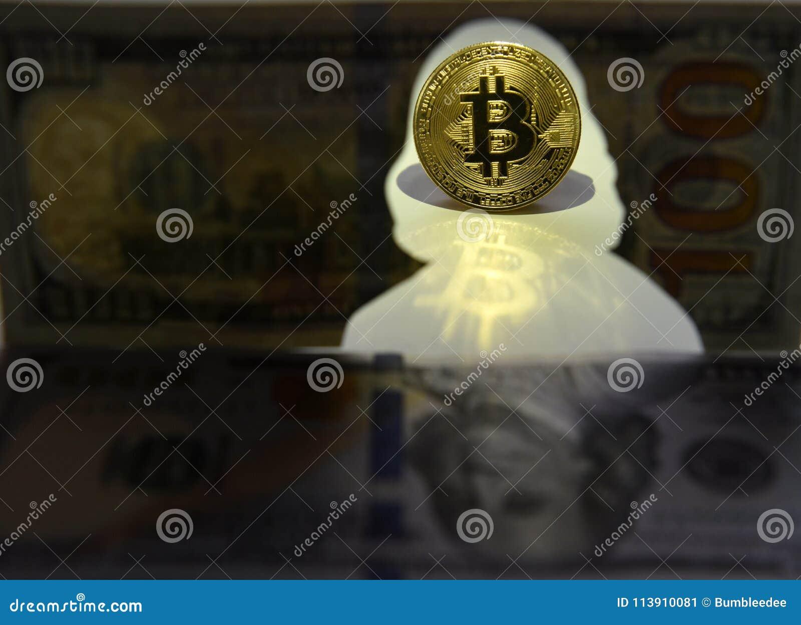 Nuova valuta del mondo Moneta di oro di Bitcoin e siluetta di Benja