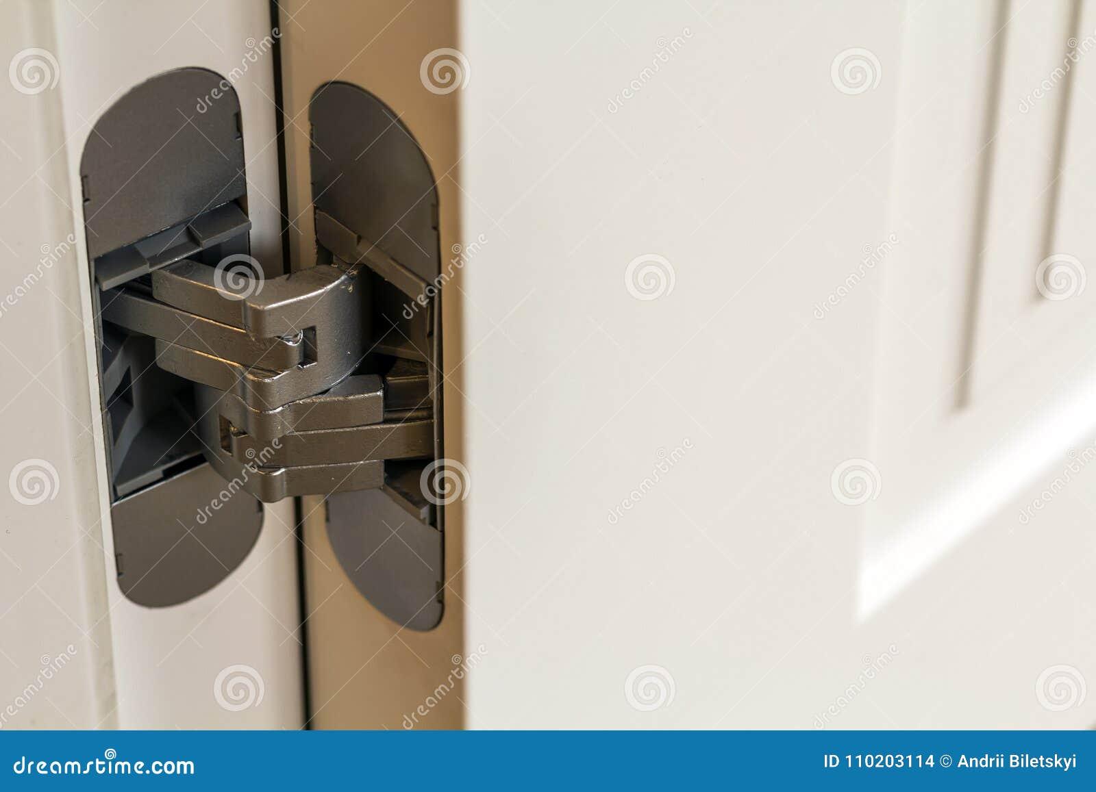 Porte In Legno Moderne : Nuove cerniere di porta moderne del metallo sulle porte di legno