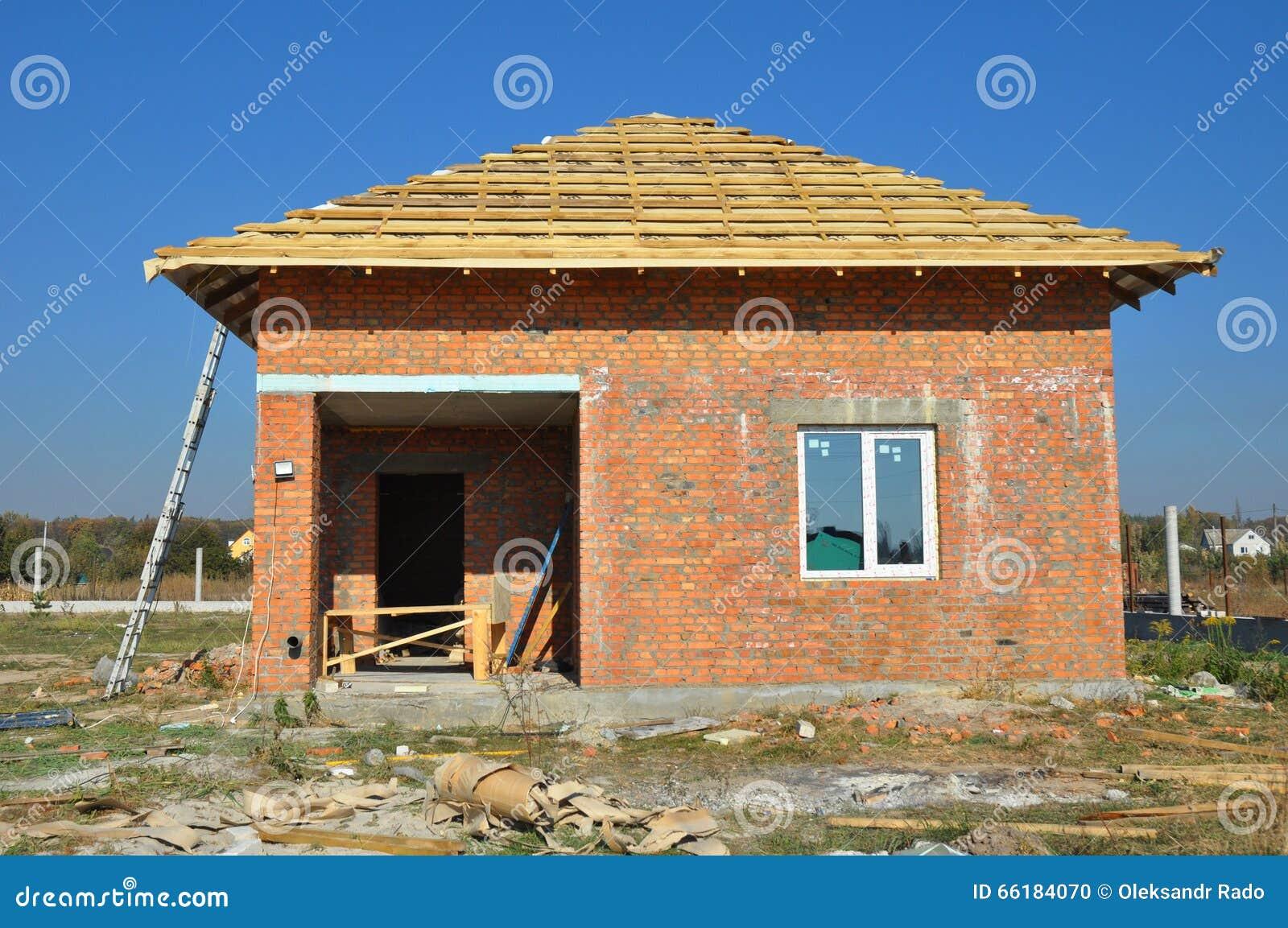 Nuove coperture della membrana del tetto con l inquadratura di legno della casa della costruzione con le travi del tetto all aper