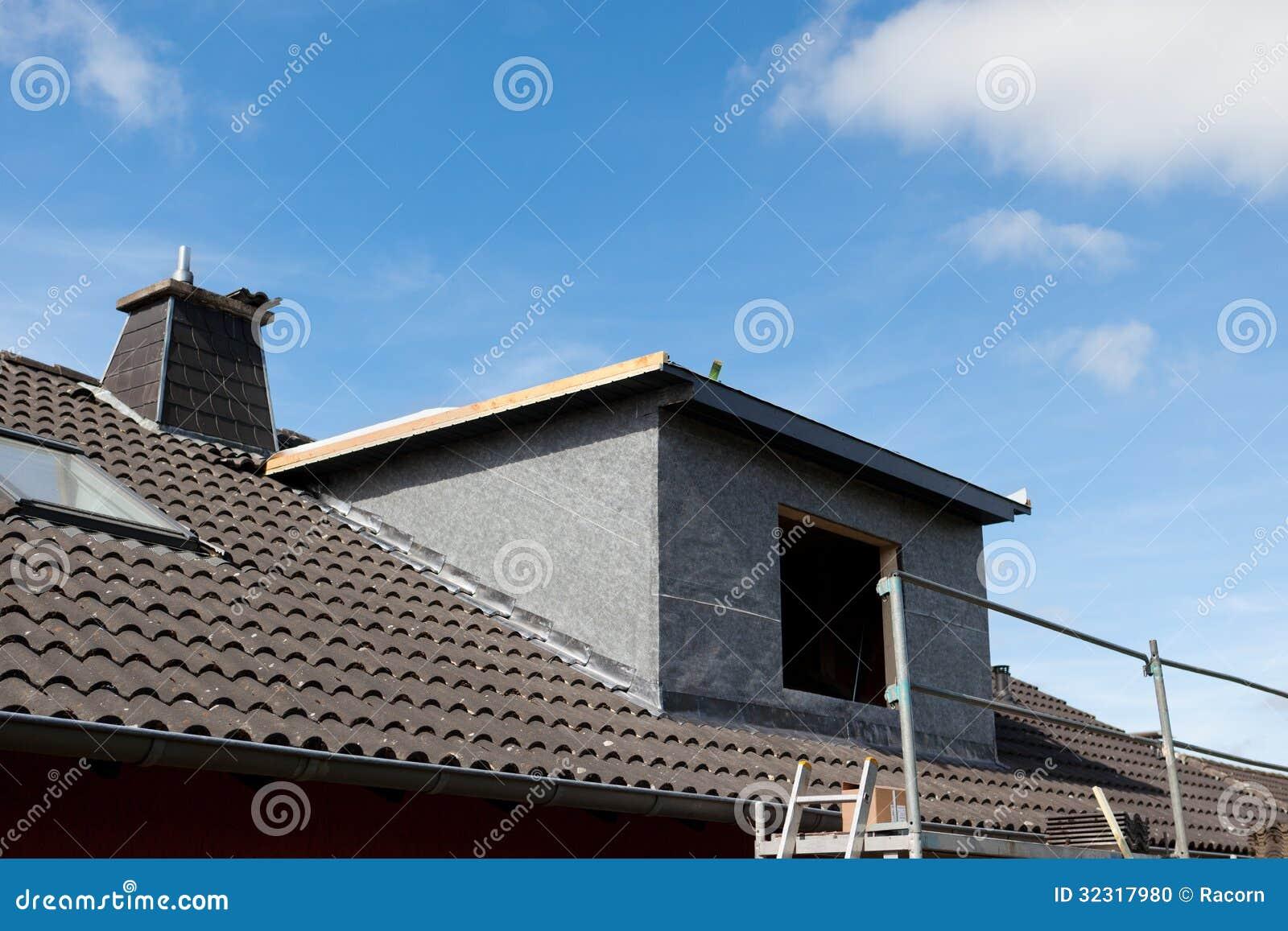 Nuovi abbaino ed armatura fotografia stock immagine di for Abbaino tetto prezzi
