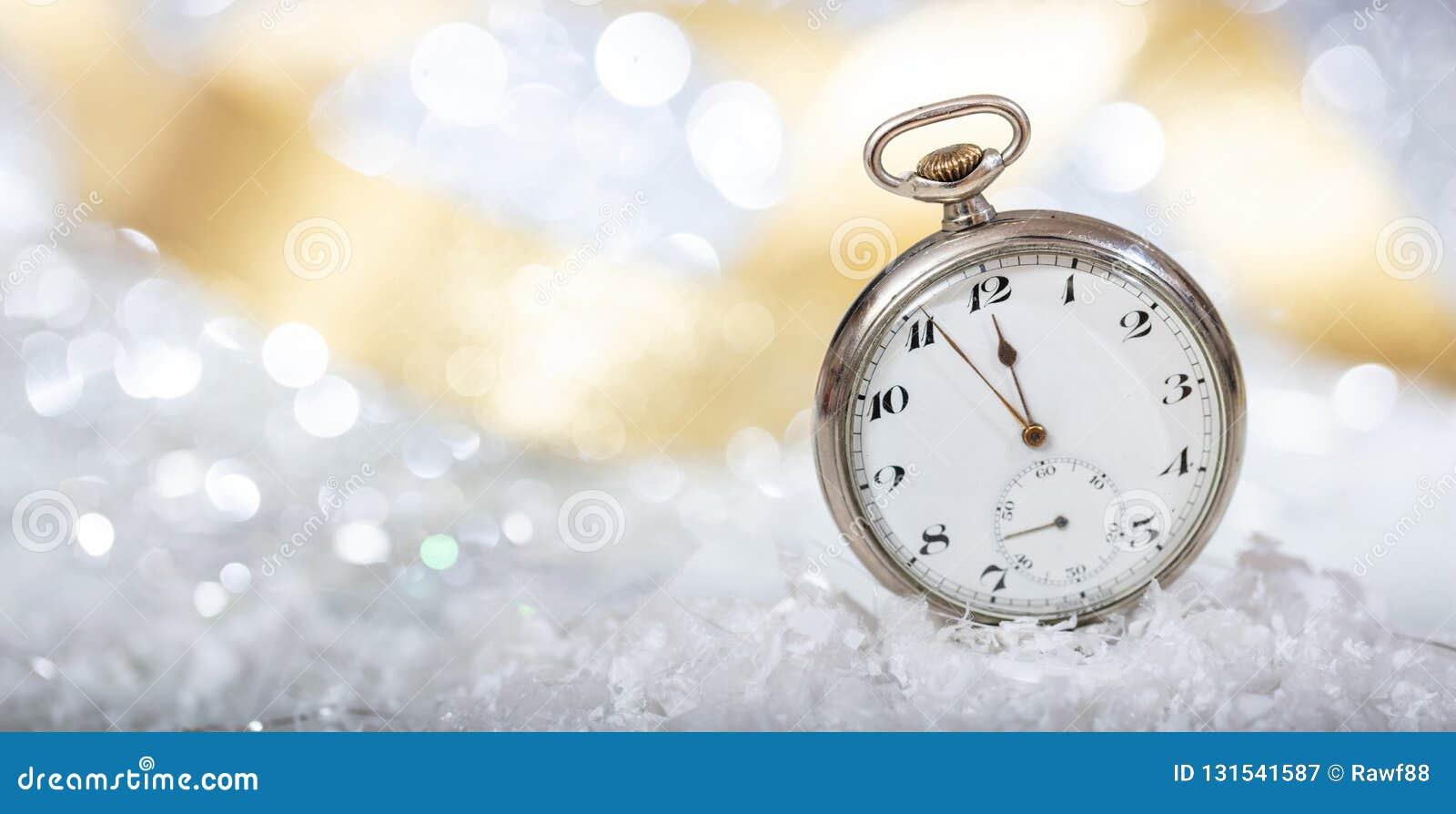 Nuovi anni di conto alla rovescia di vigilia Resoconto alla mezzanotte su un vecchio orologio da tasca, fondo del bokeh