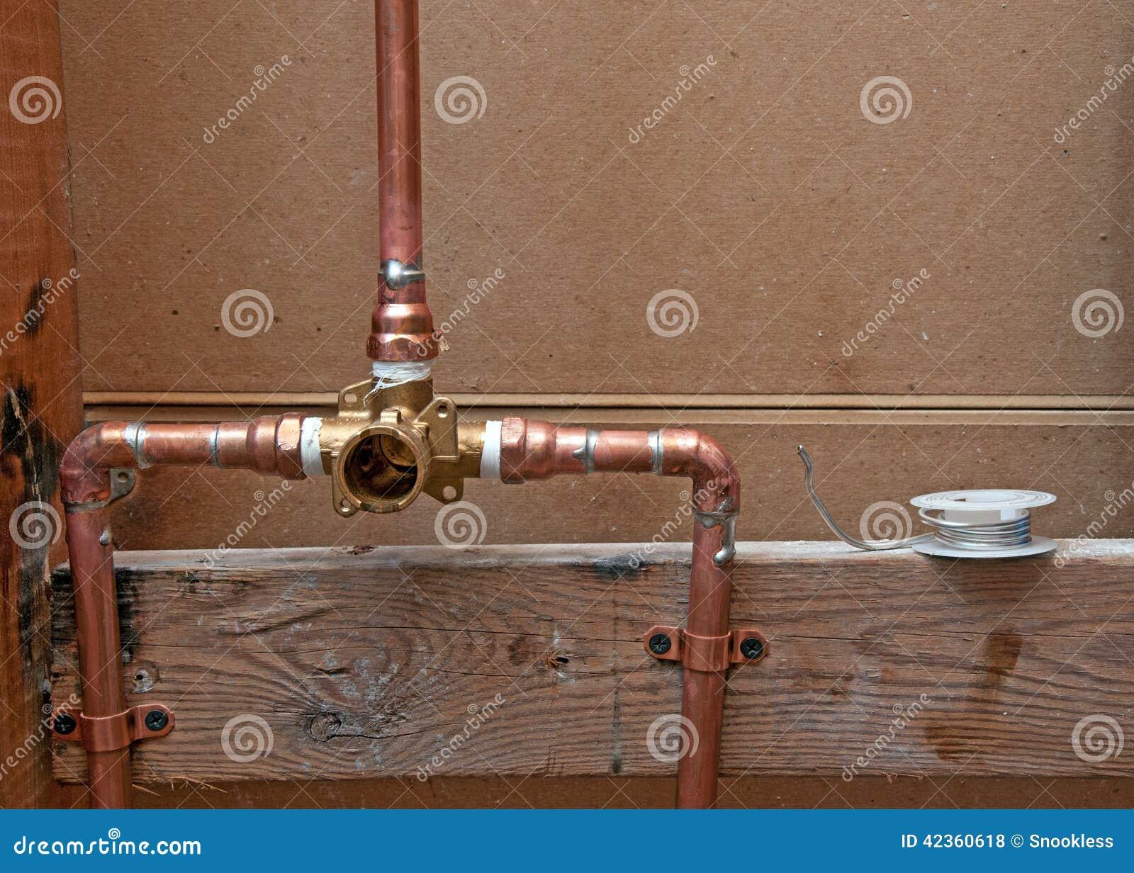 Nuovi tubi di rame per la doccia fotografia stock for Tipi di tubi di rame
