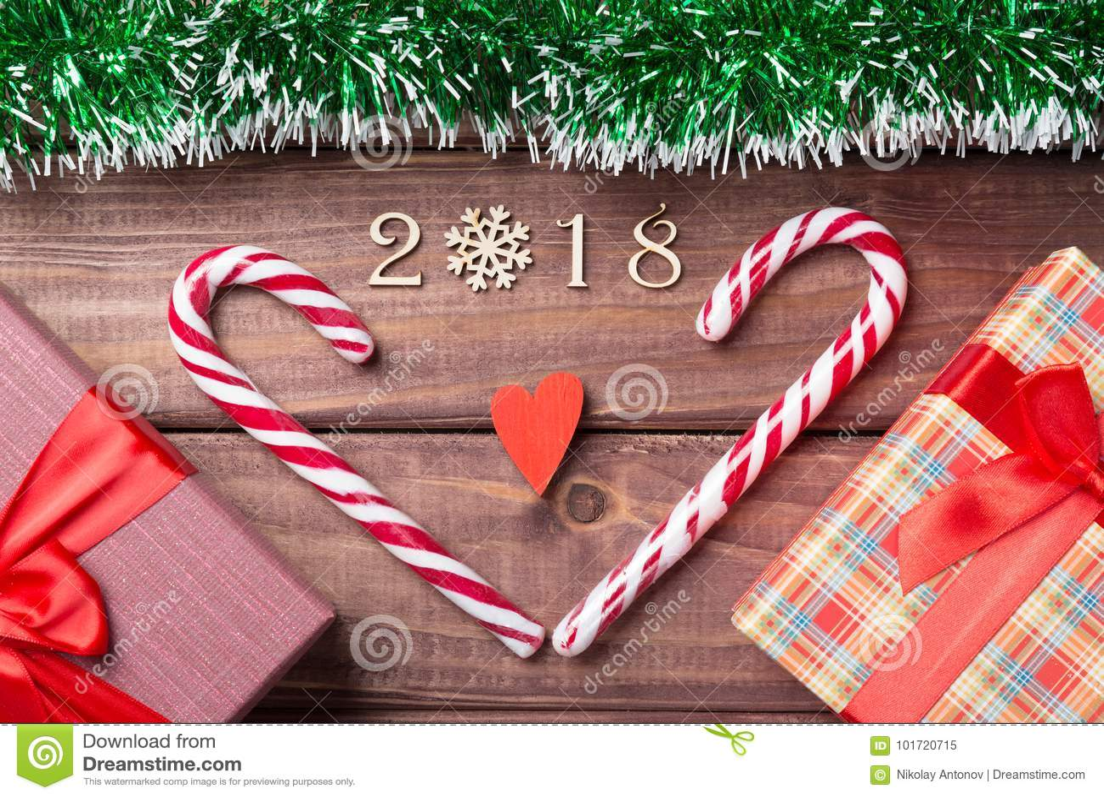 Nuovo anno o cartolina di Natale 2018 figure decorative di legno con cuore hanno modellato i bastoncini di zucchero, giftboxes ed