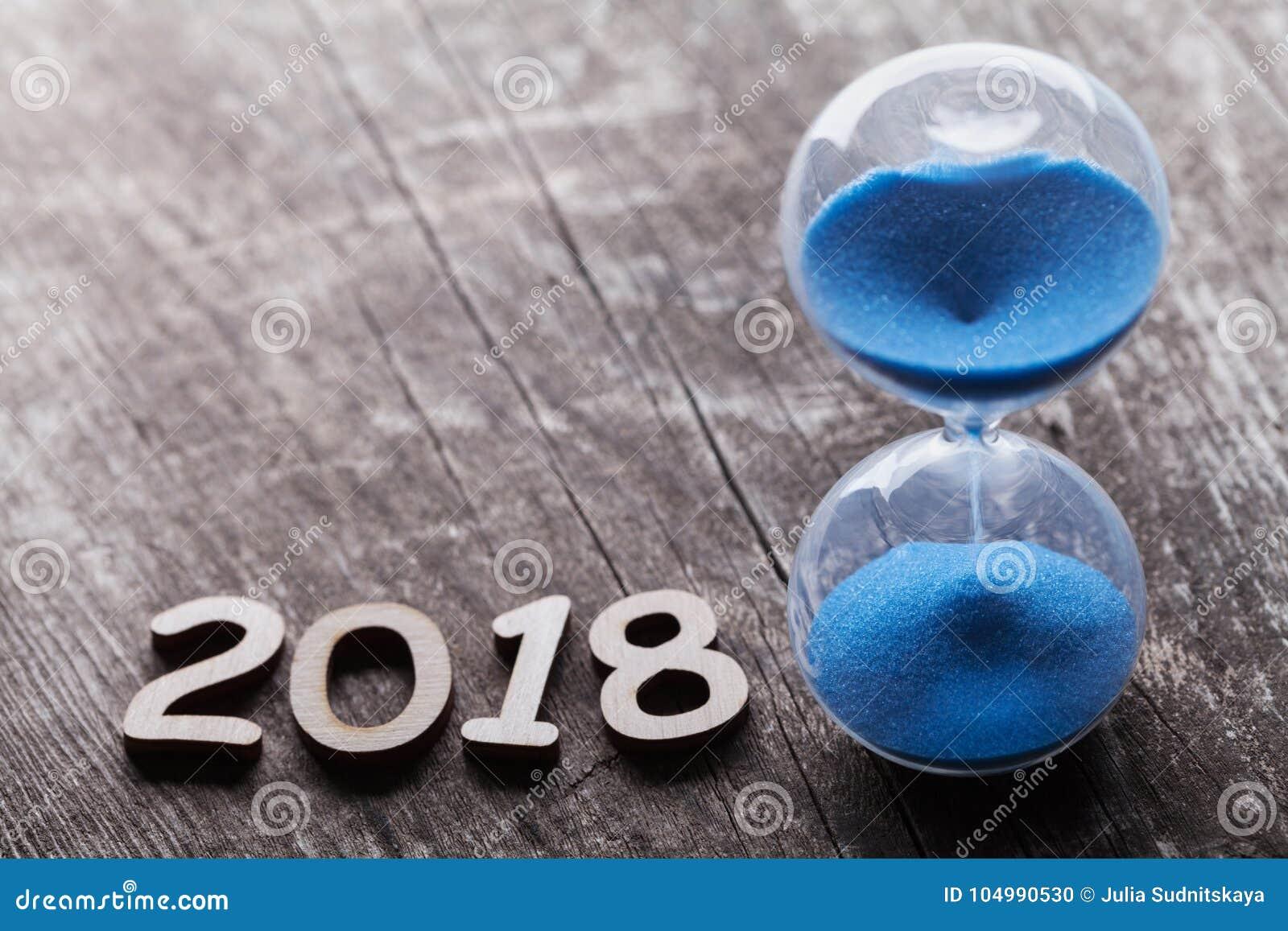 Nuovo anno un concetto di 2018 volte clessidra o sandglass - Un ampolla sulla tavola ...
