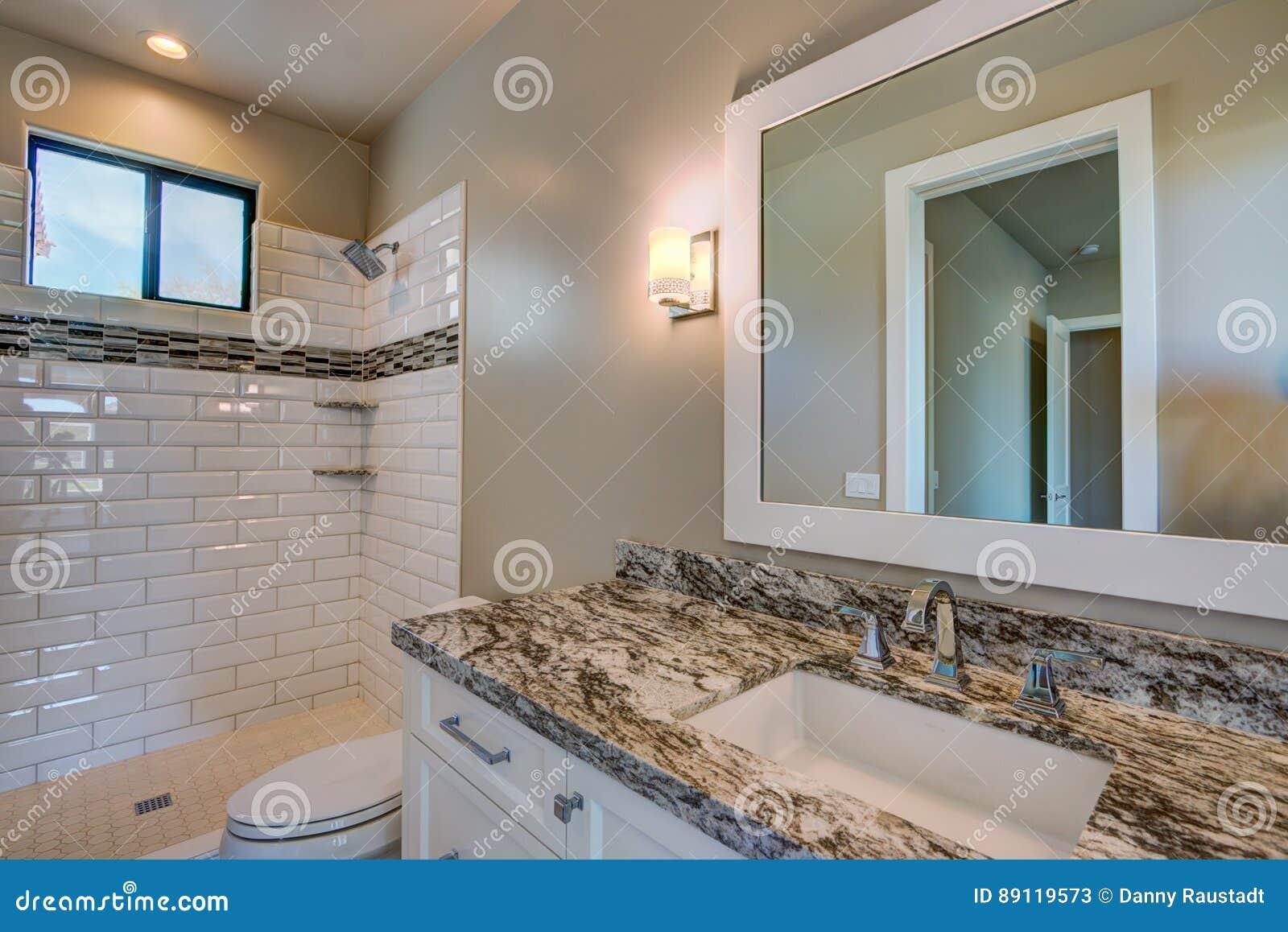 Nuovo bagno domestico moderno