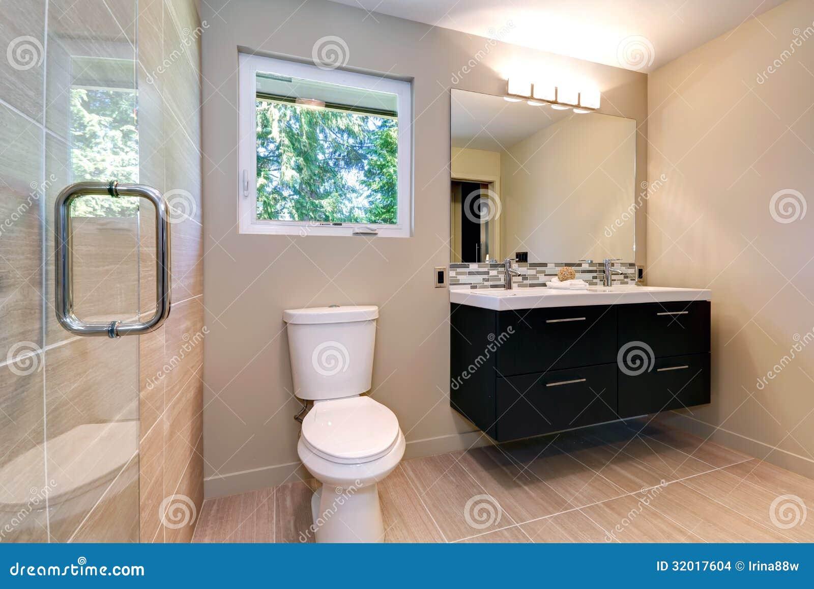Nuovo bagno moderno semplice con i doppi lavandini e la piastrella di ceramica naturale - Bagno moderno foto ...