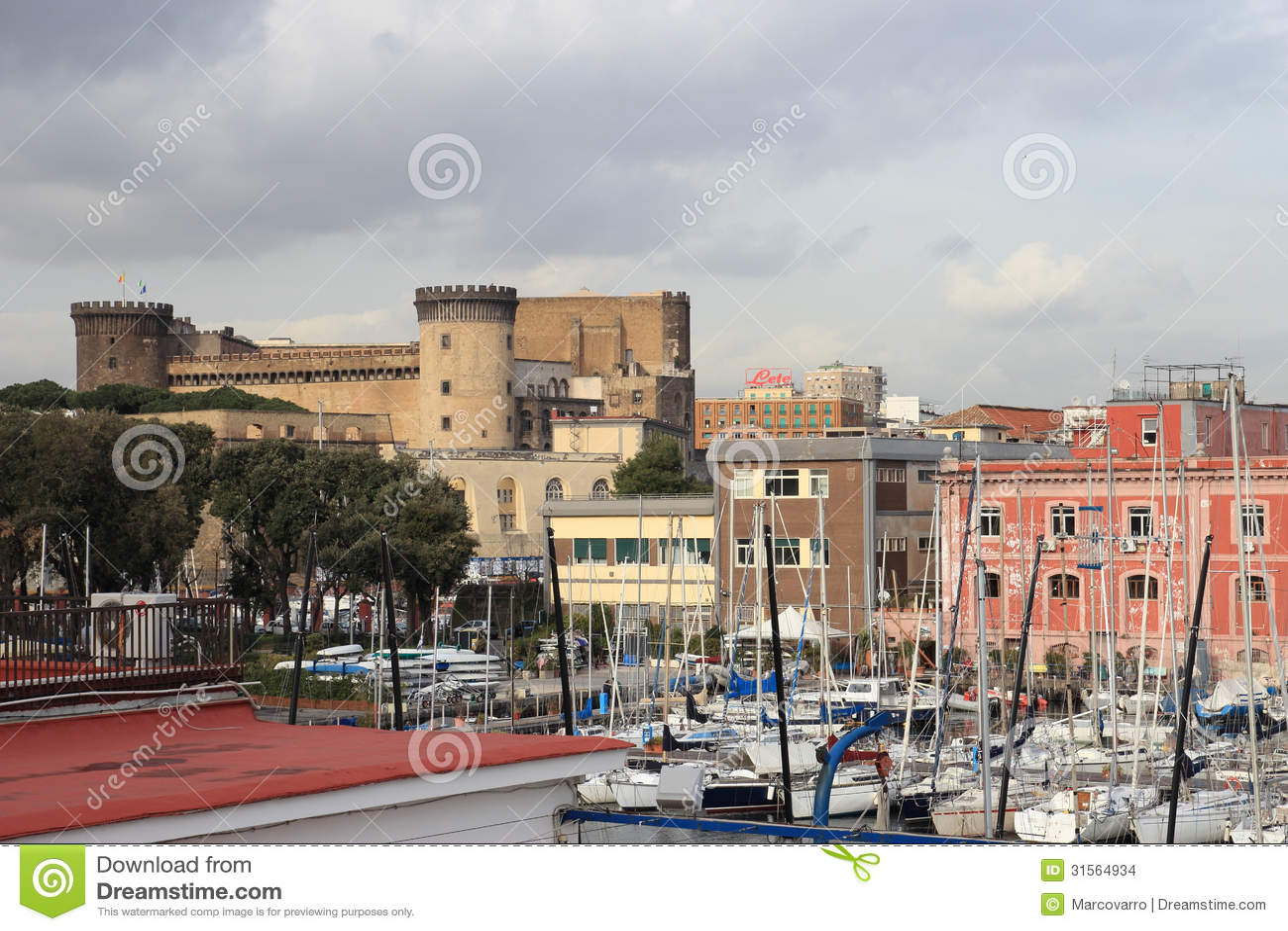 Nuovo Castel από το λιμάνι