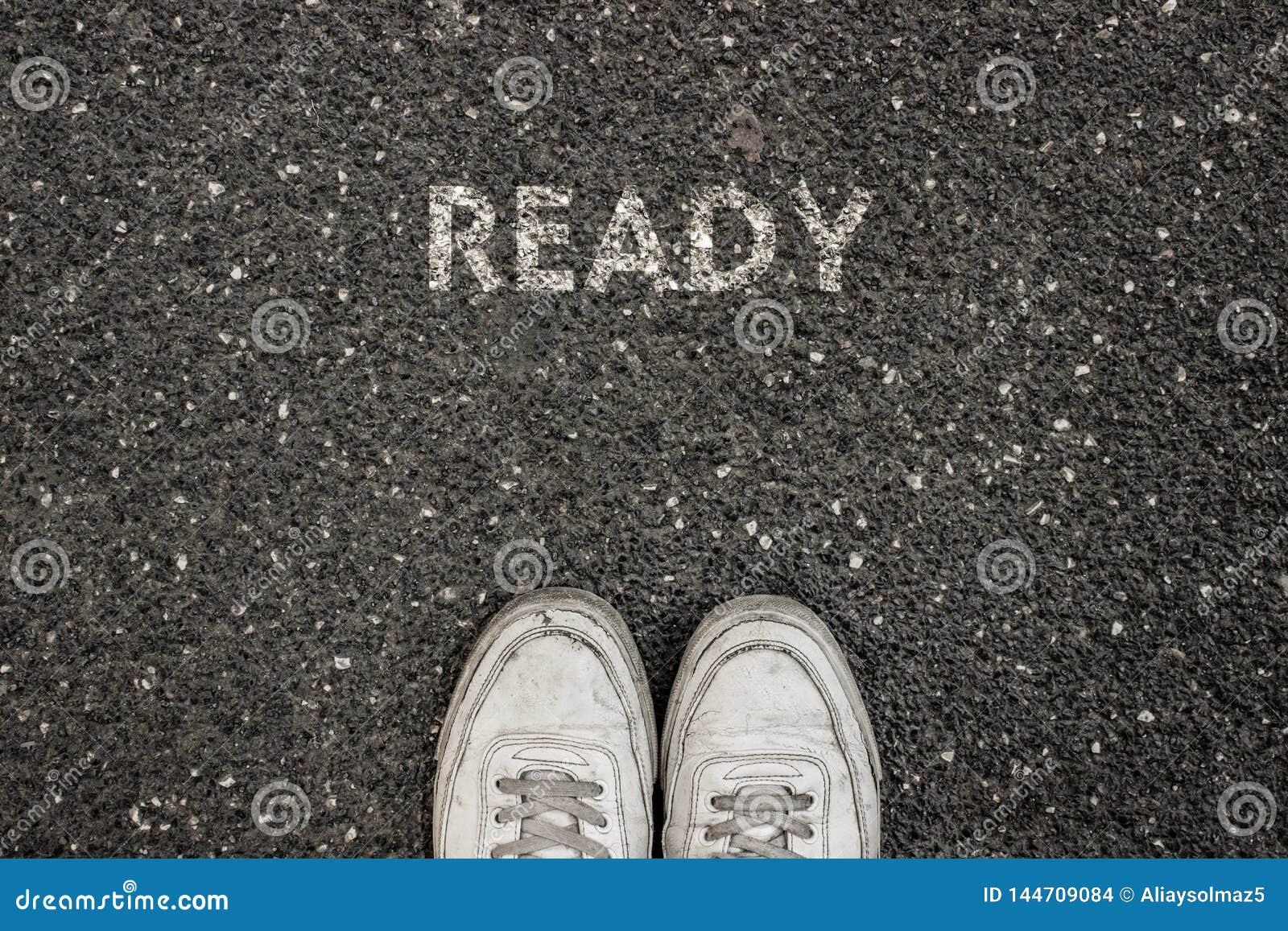 Nuovo concetto di vita, slogan motivazionale con la parola PRONTA sul terreno di asfalto